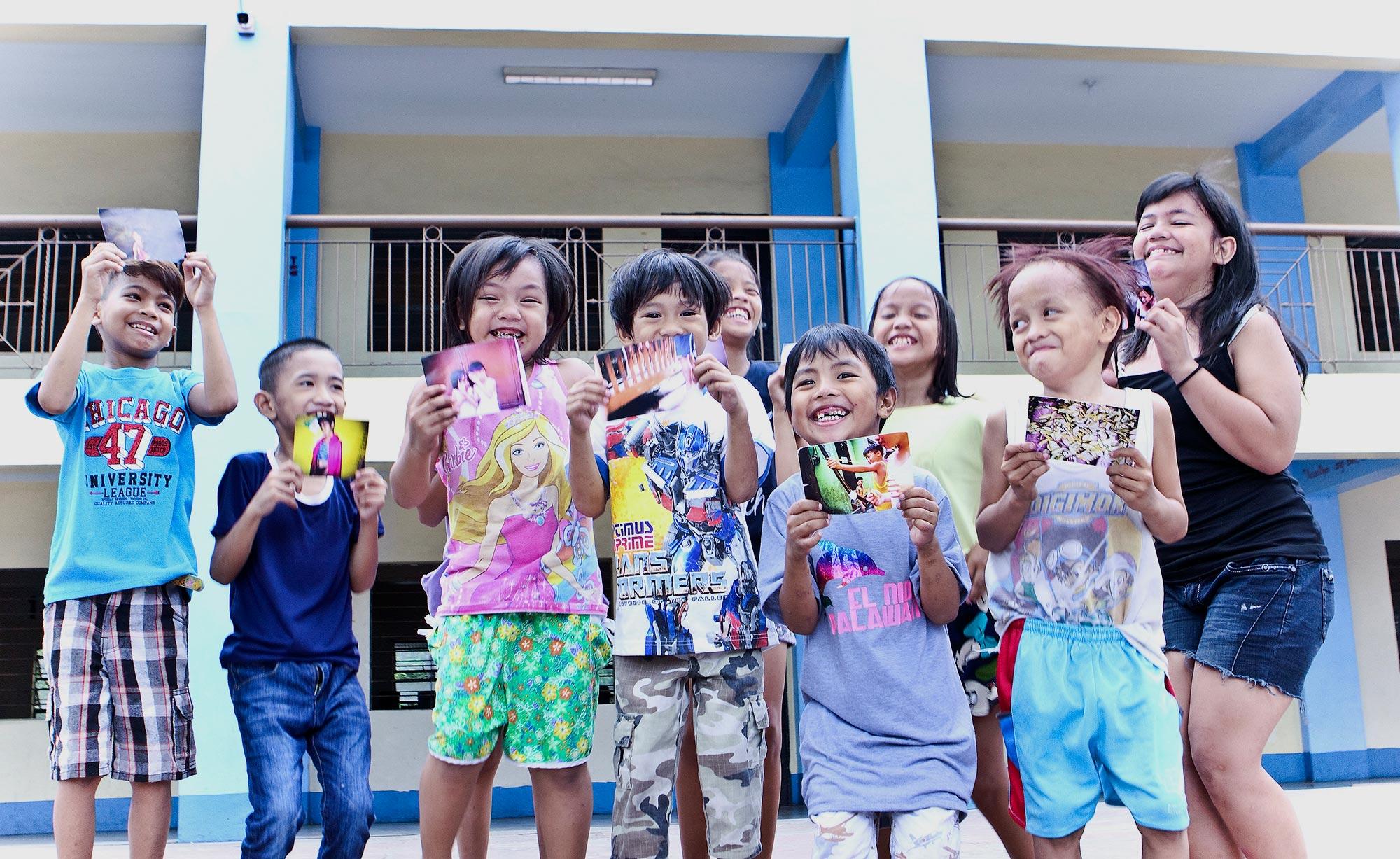 Die Kinder mit ihren Postkarten