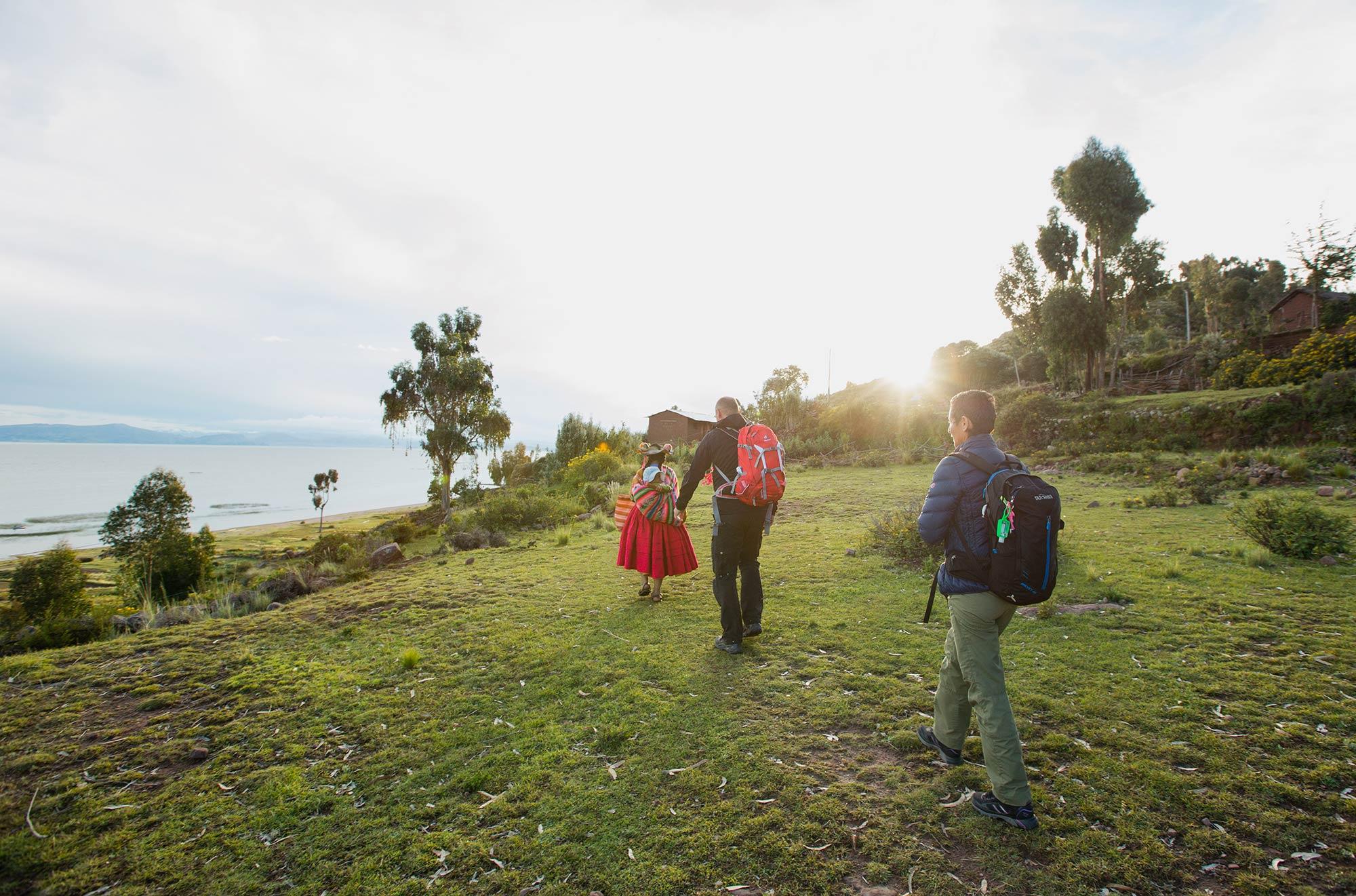 Reisende bei einer Gemeinde auf der Capachica Insel im Titicacasee