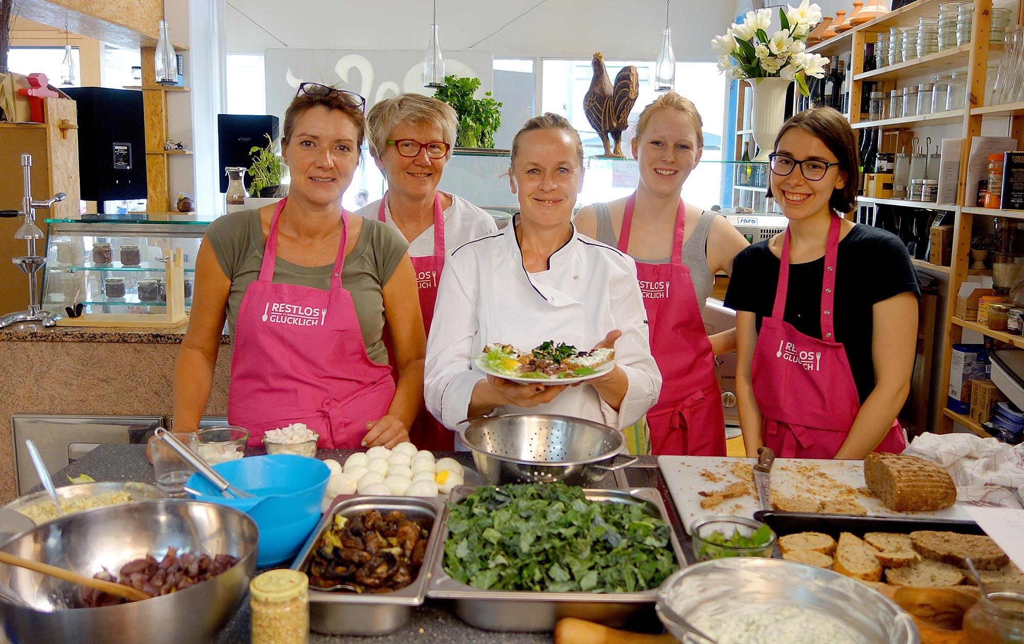 Ehrenamtliche und Köchin beim Dinnerabend