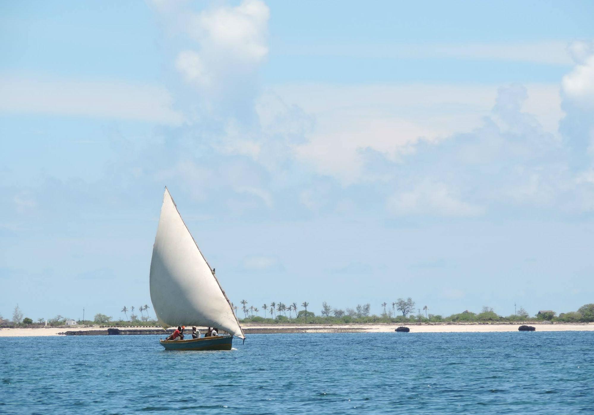 Ein Segelboot, das sich vom Wind treiben lässt