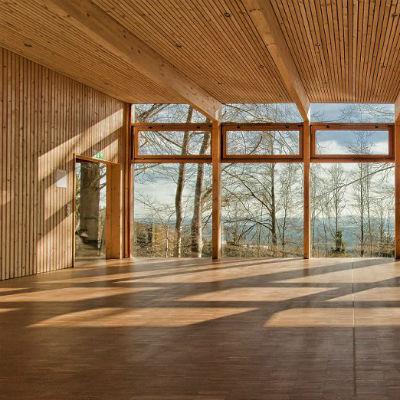 Das Holz sorgt für eine warme Atmosphäre