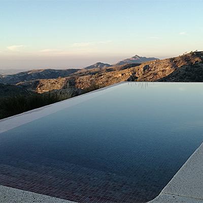 Berge und Pool