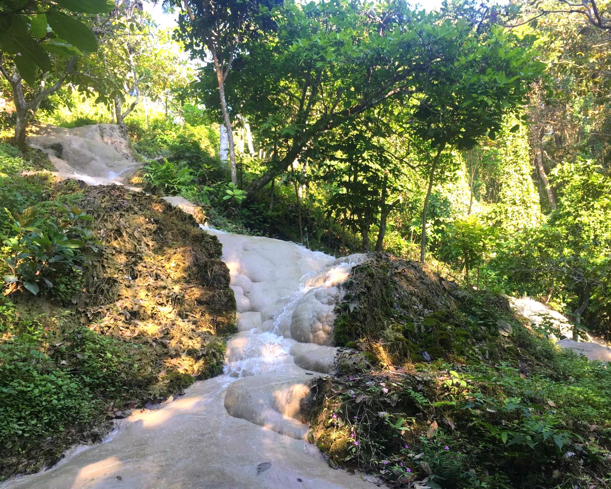 Die Bua Thong Waterfalls kann man erklettern