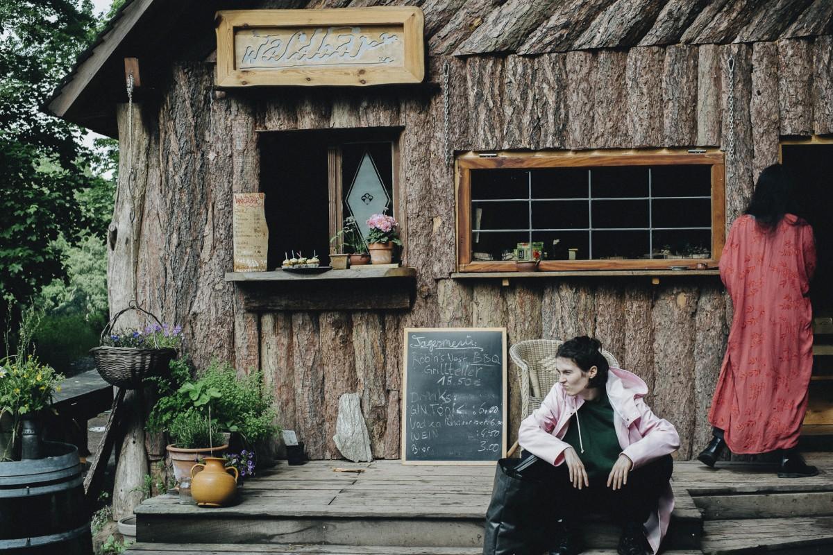 vor der Hütte entspannen