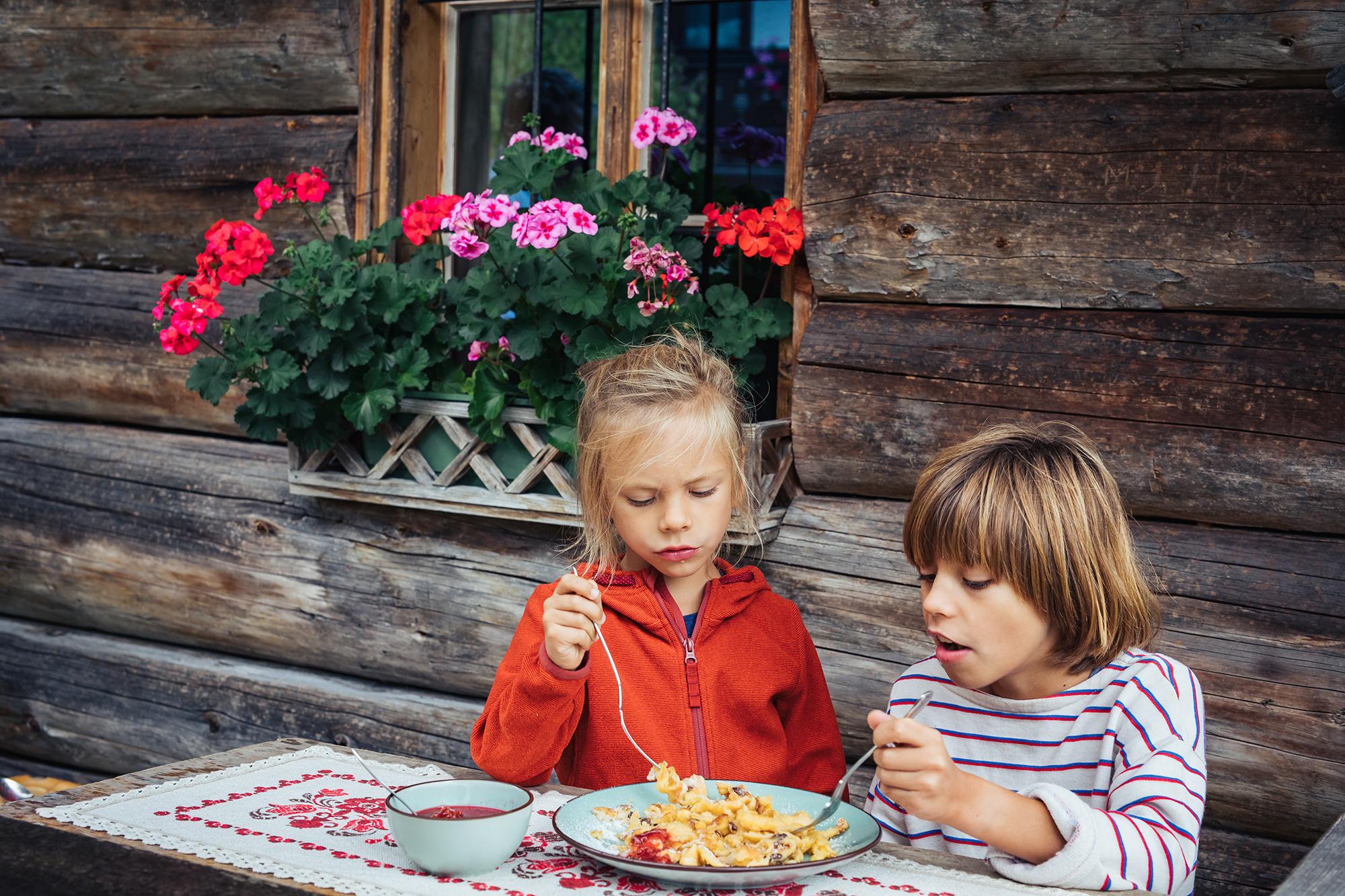 Die Kinder beim Kaiserschmarrn essen