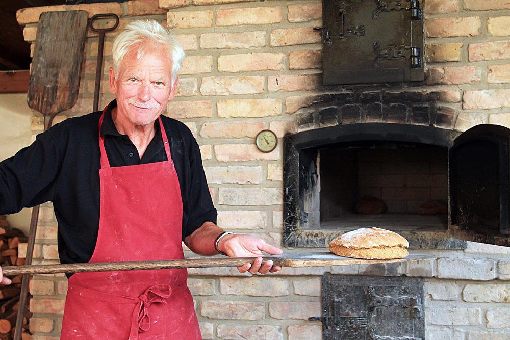 Frisches Brot aus dem Holzbackofen beim Hof Kokurin