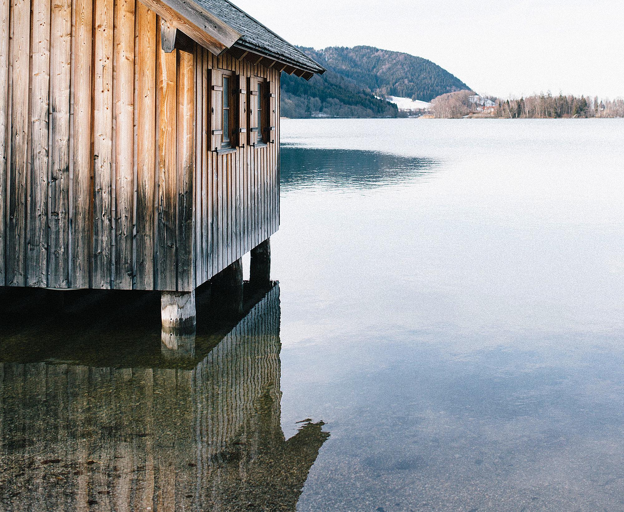 Der Schliersee mit seinem klaren Wasser erinnert an einen österreichischen Bergsee