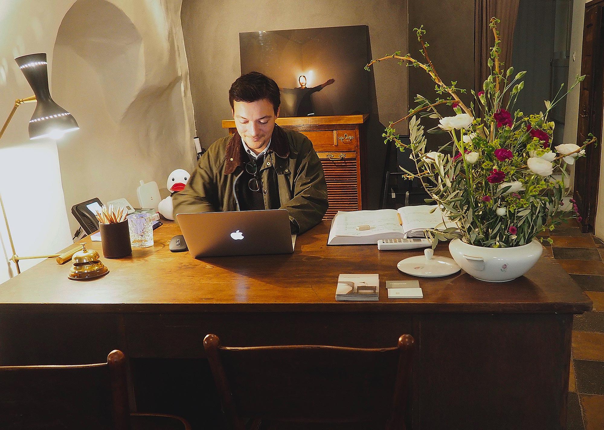 Der Besitzer Klaus verrät mir, dass man hier nur einen einfachen Espresso bestellt