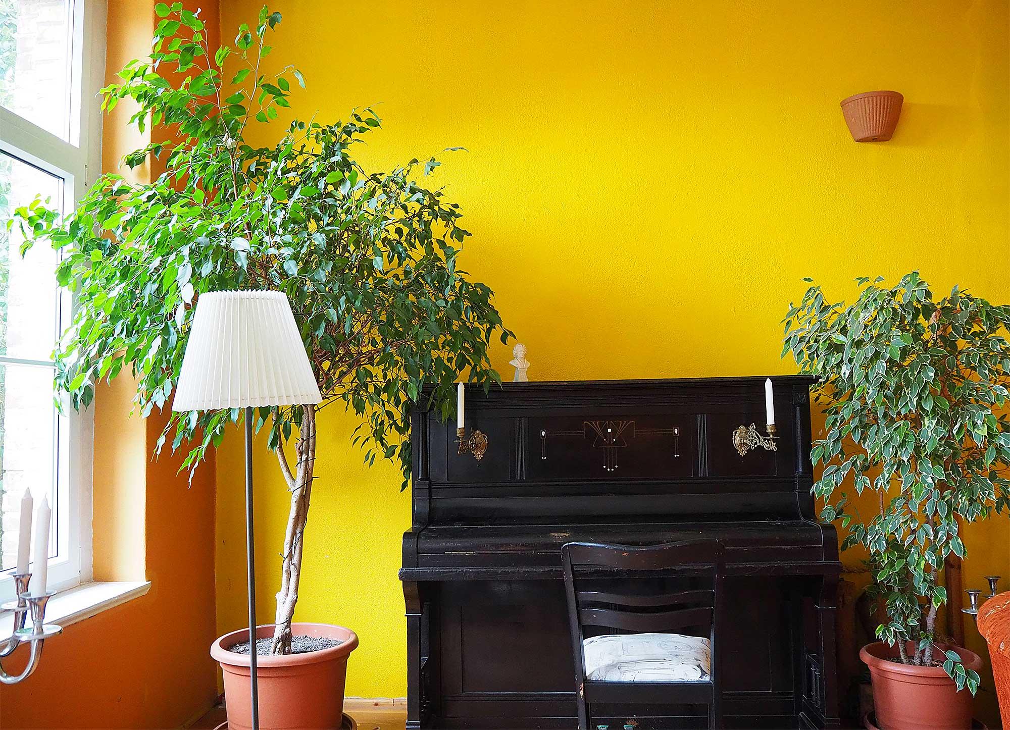 Der gemütliche Aufenthaltsraum mit Klavier und Kamin