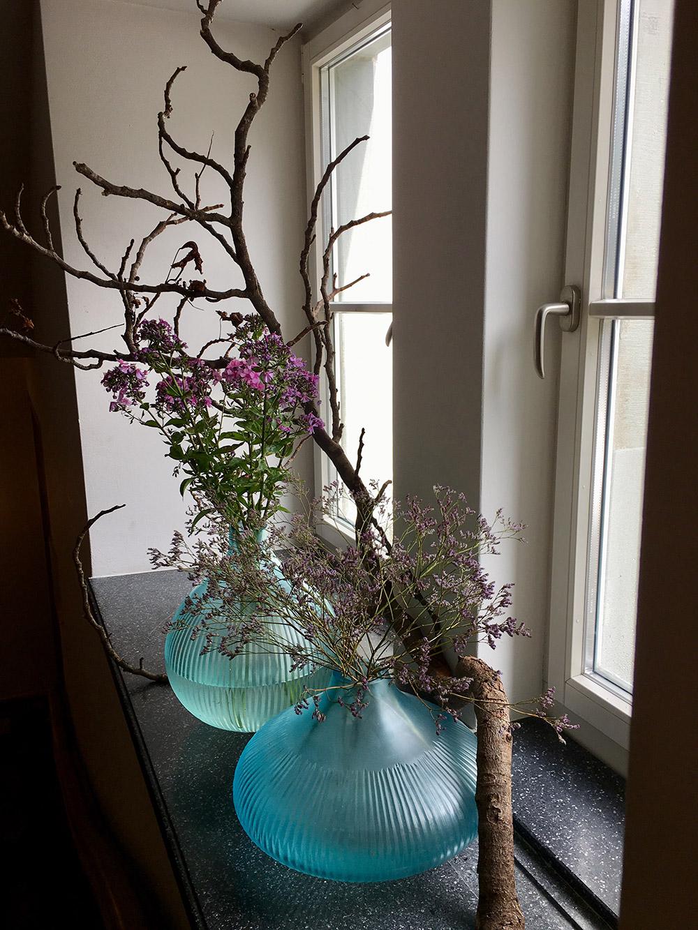 Überall stehen Blumenarrangements im Schloss Wartegg