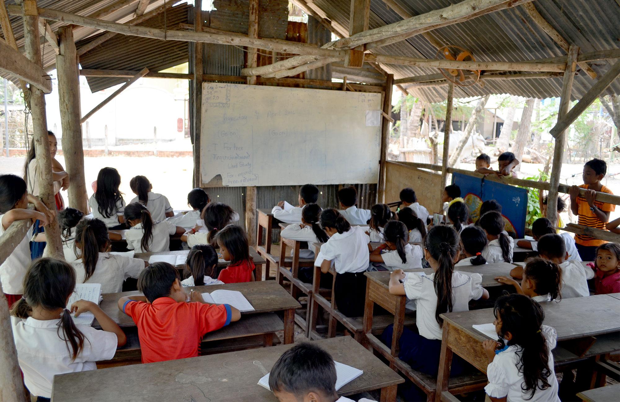Dank Socialbnb kann Mr. Thy den Kindern heute kostenlosen Englischunterricht anbieten