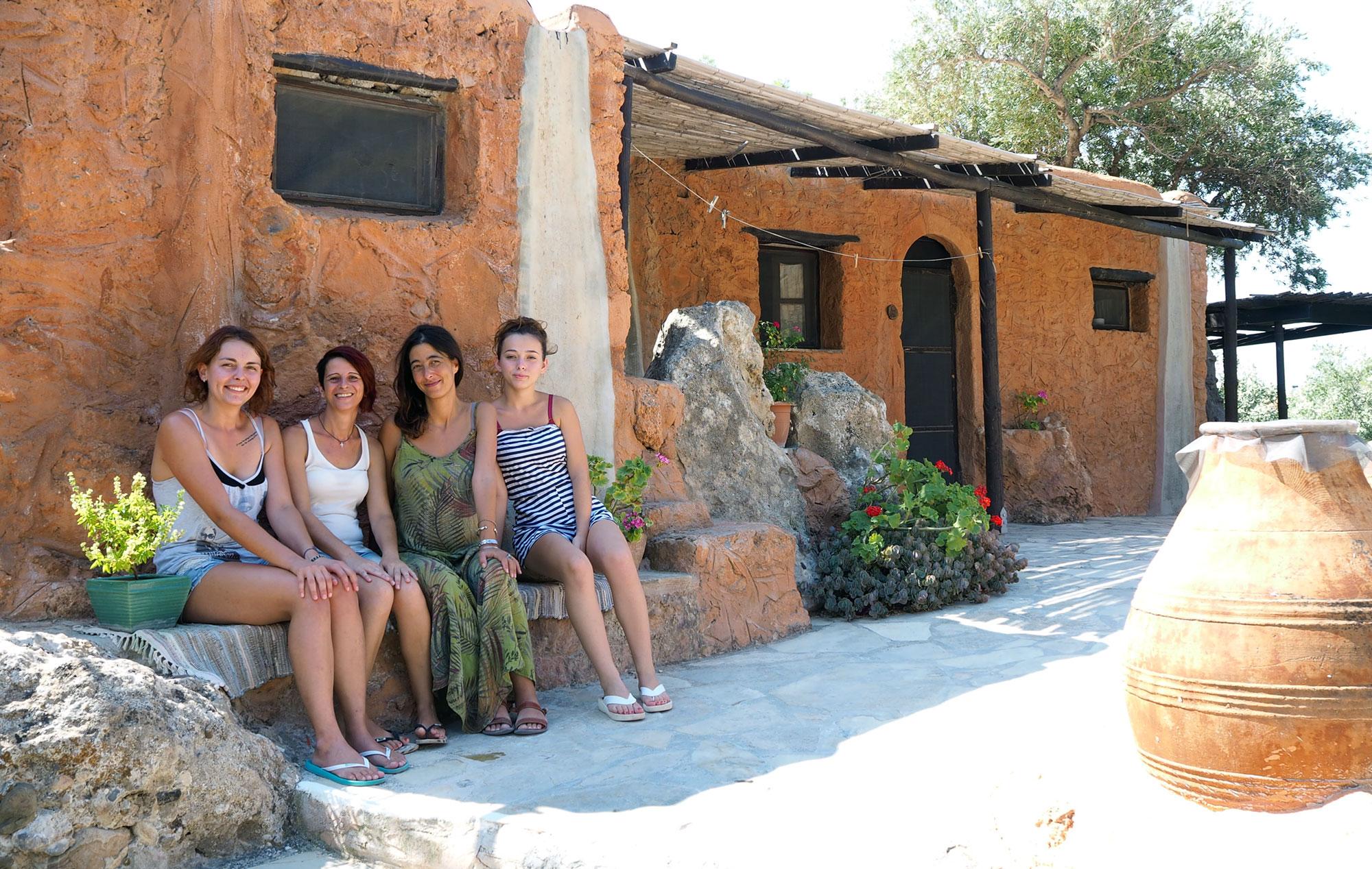 Myrto (zweite von rechts) mit ihren drei Mitarbeiterinnen