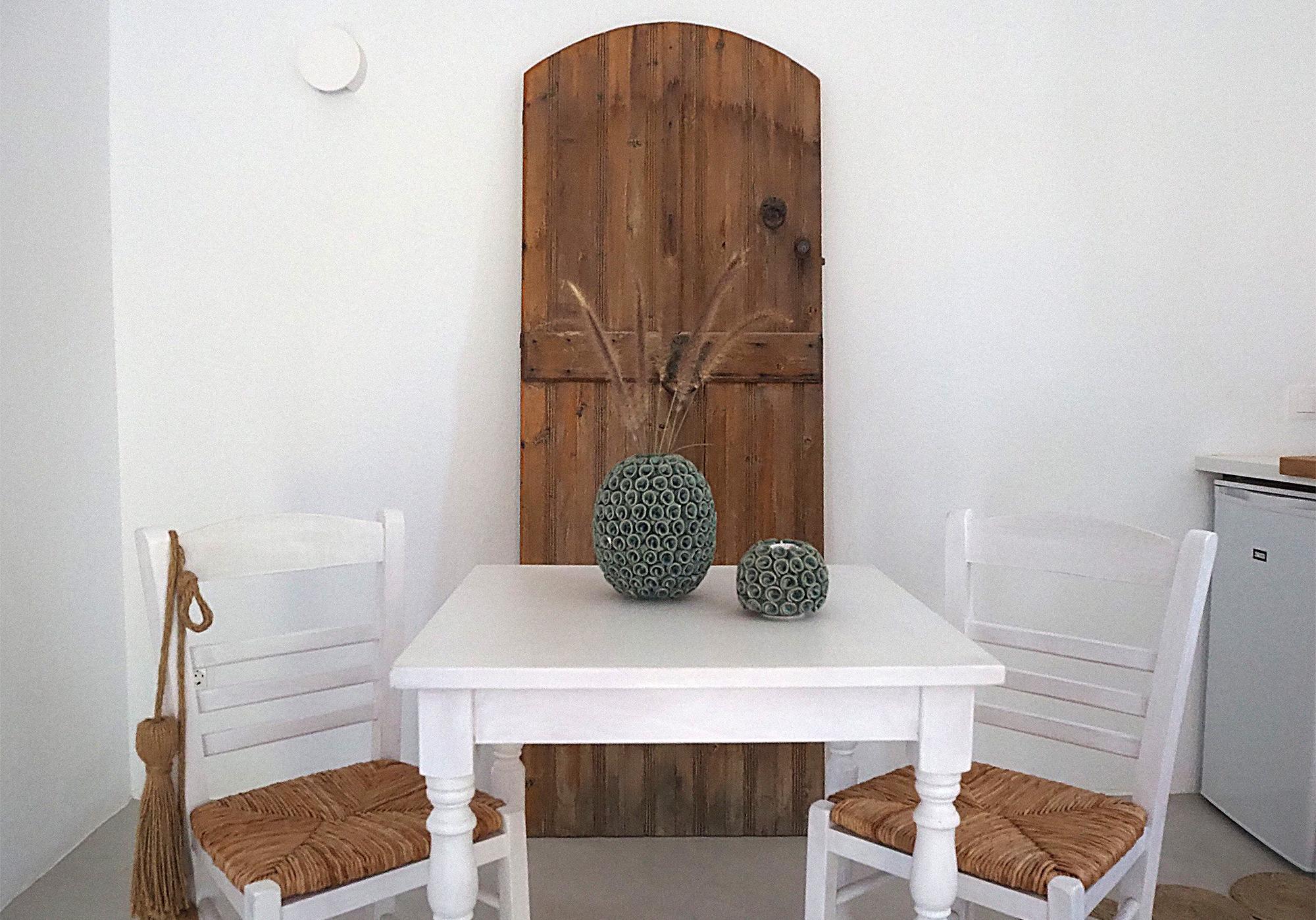 Auf den Zimmern finden sich Möbelstücke aus aller Welt