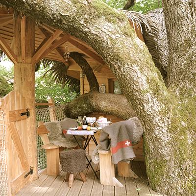 Das Baumhaus bei Les Cabanes de Marie ist gemütlich eingerichtet