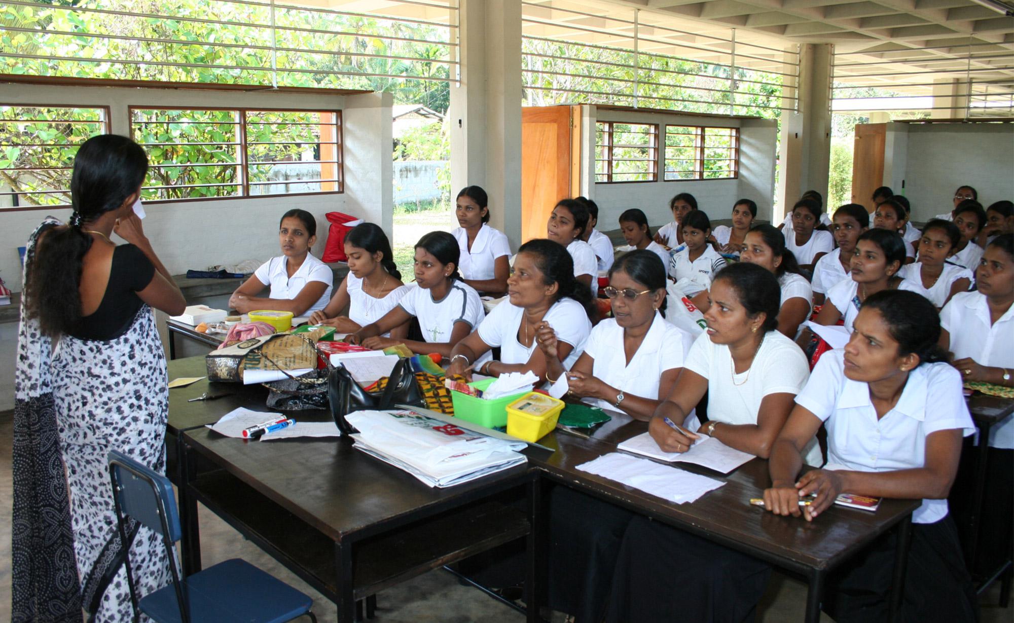 Unterricht in der Women's Cooperation in der Schule der one world foundation in Ahungalla, Sri Lanka, Foto: Bildarchiv one world foundation