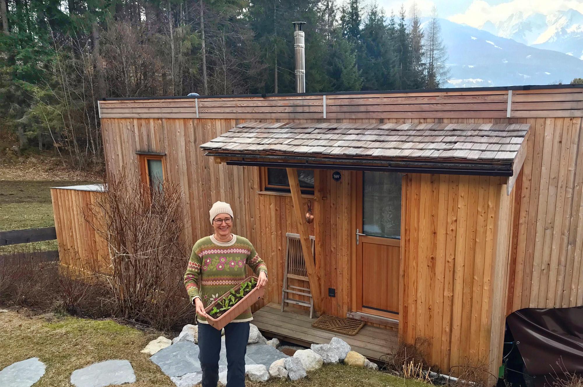 Kirsten bei der Gartenarbeit vor dem Tinyhouse