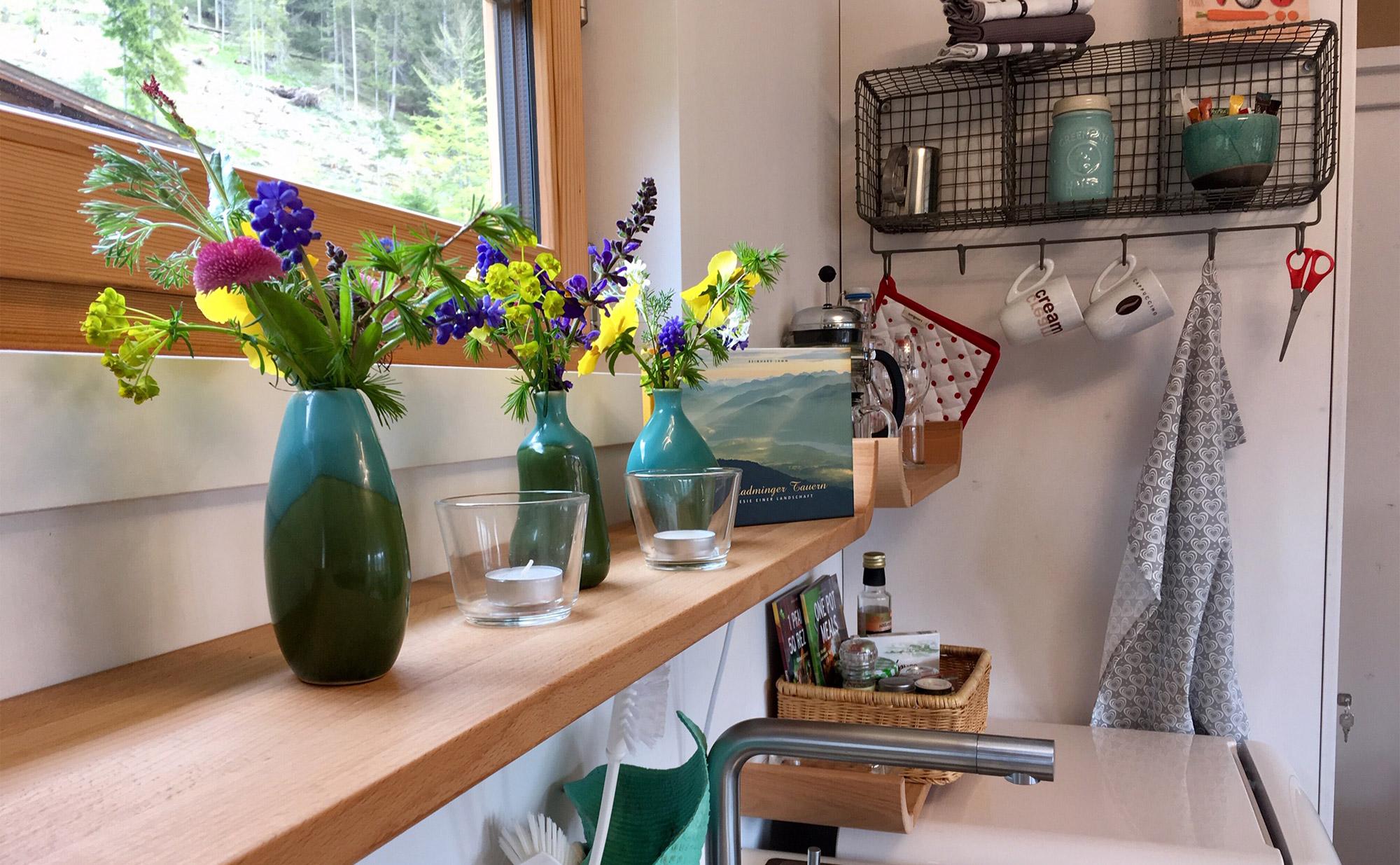 Blumendekoration ziert das Küchenbord