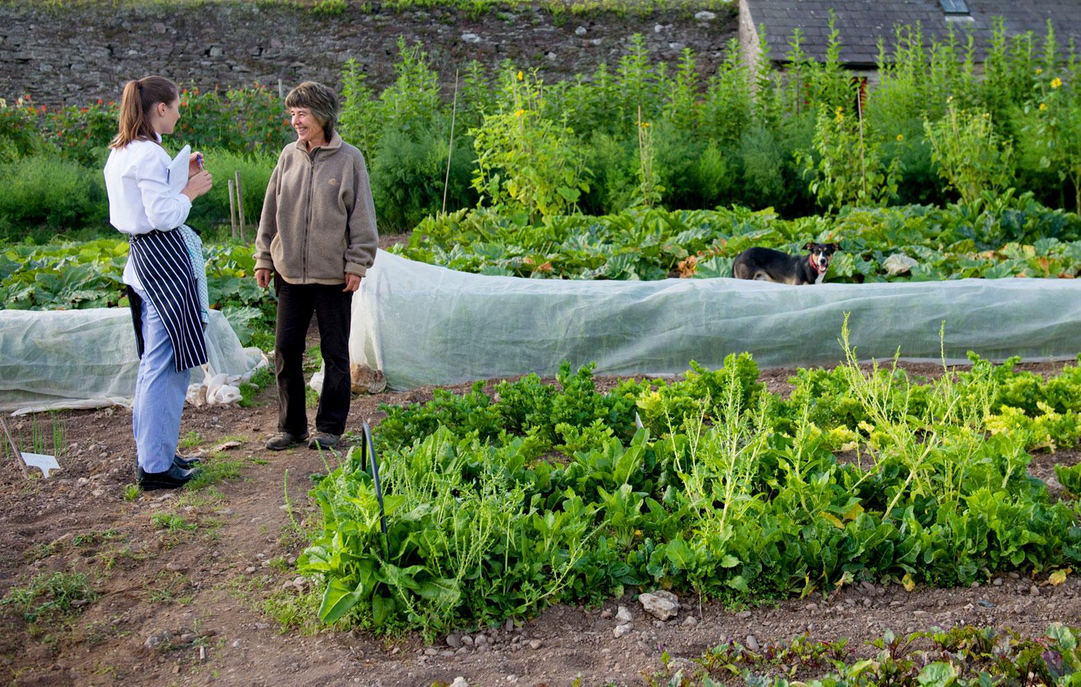 Susan mit unserem Head Chef bei uns im Garten