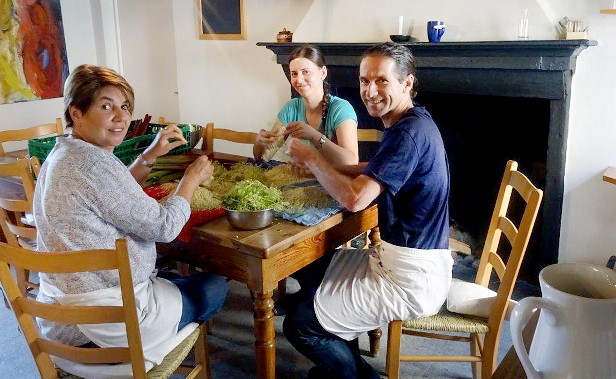 Der Gastgeber und das Küchenteam beim Sortieren der Holunderblüten