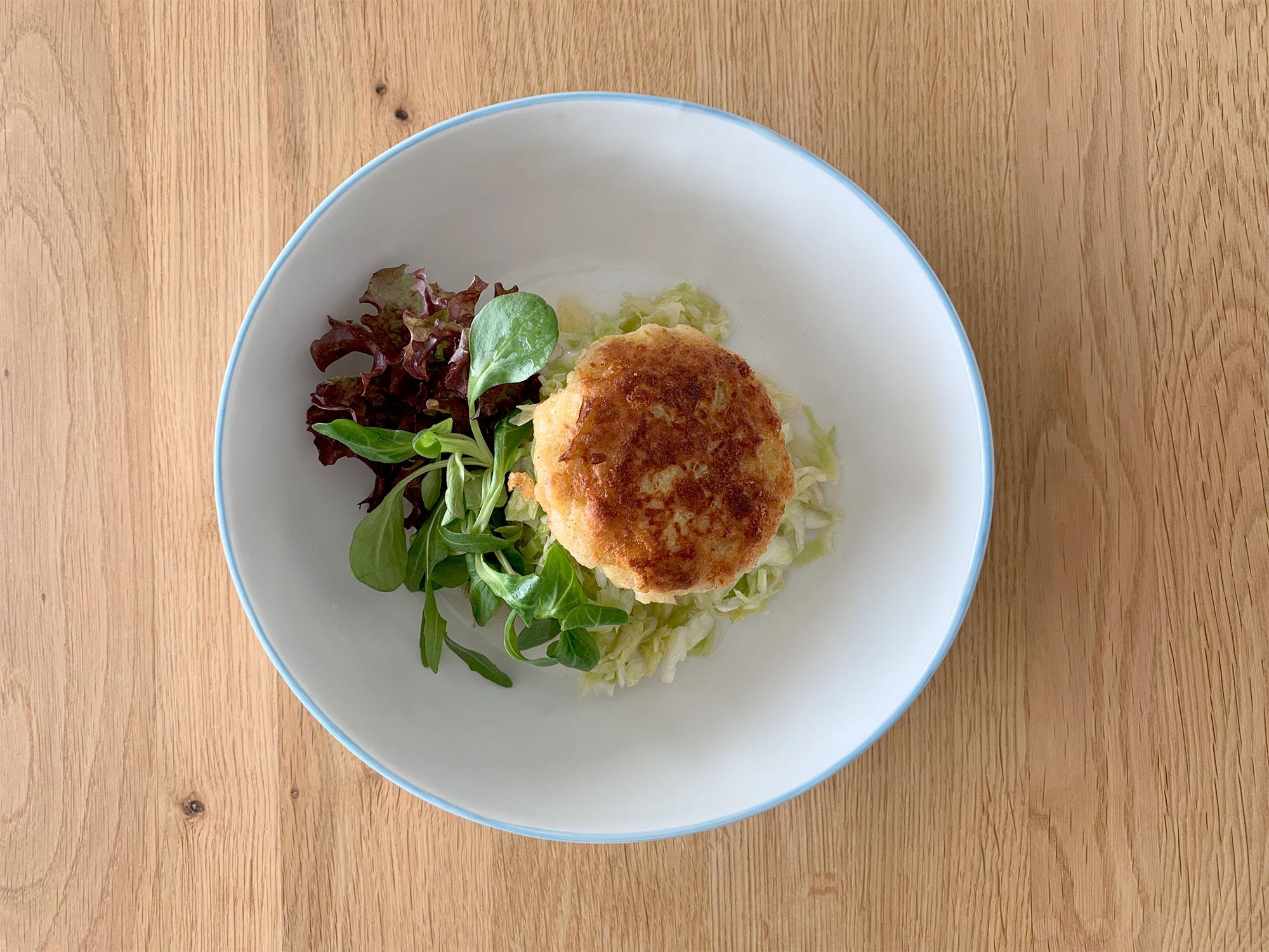 Zu den Kaspreßknödeln passt gut ein Blatt- oder Krautsalat