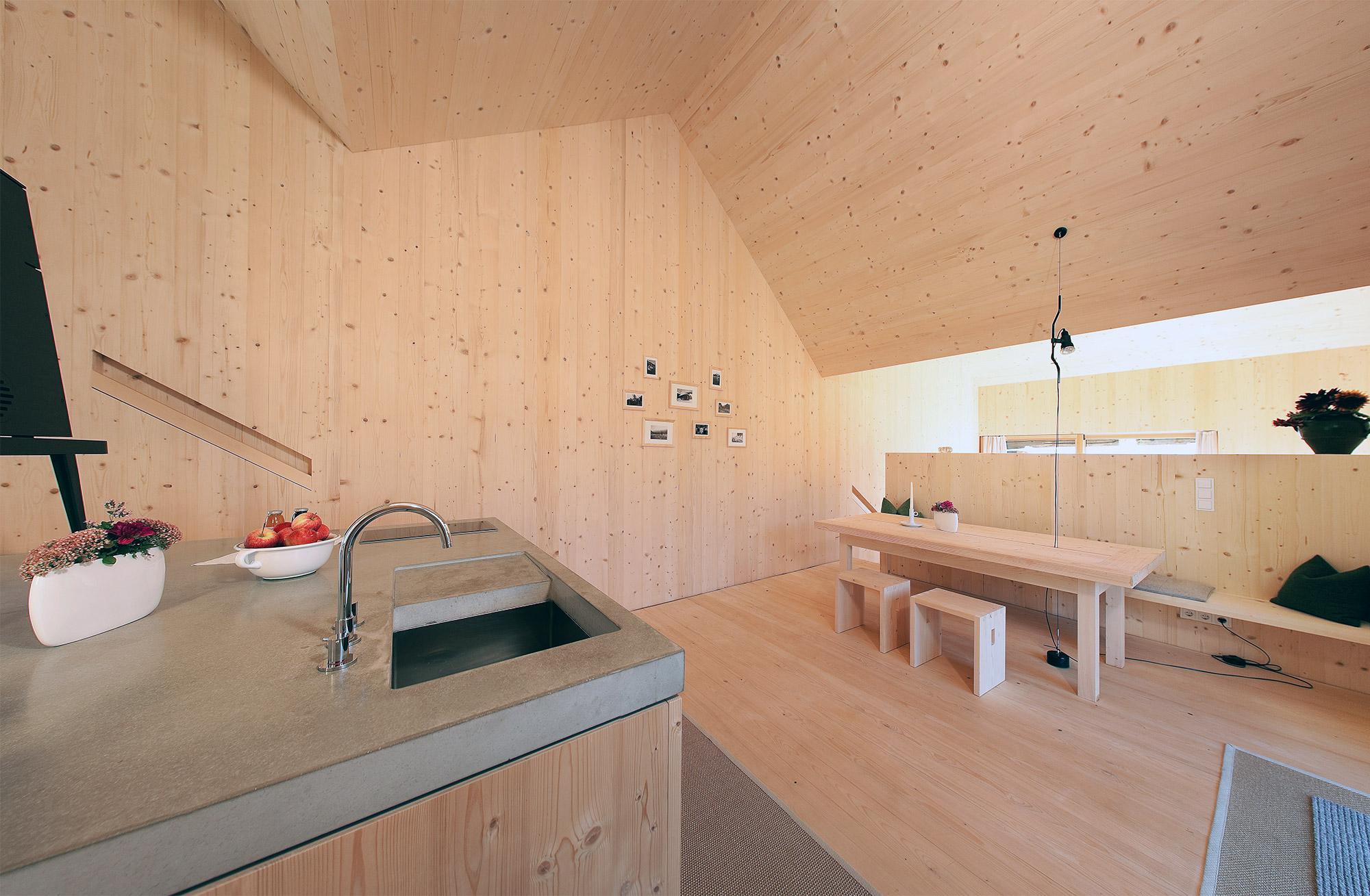 Viel Holz bestimmt die Optik des Innern