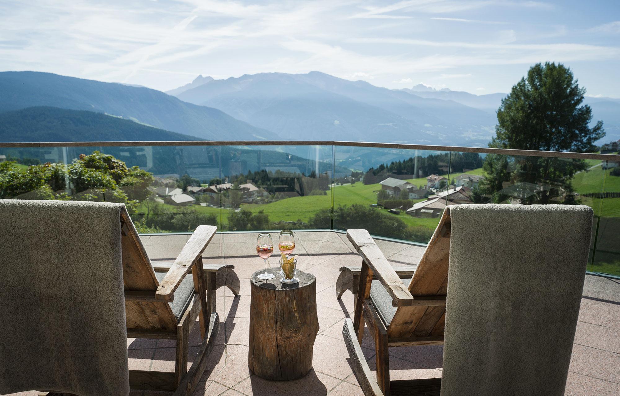 Den sommerlichen Aperitif an lauen Sommerabenden auf dem Balkon genießen