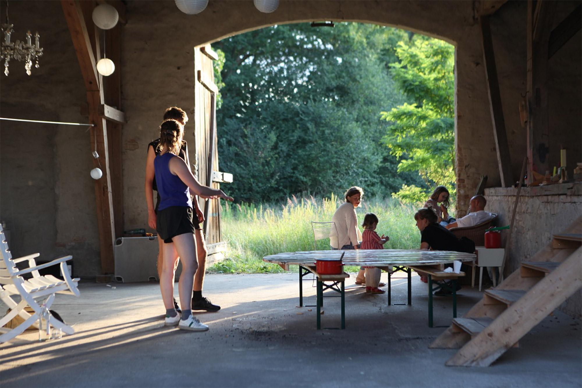 Die Workshops finden im Garten oder in der gut durchlüfteten Scheune vom Blauen Pferd statt