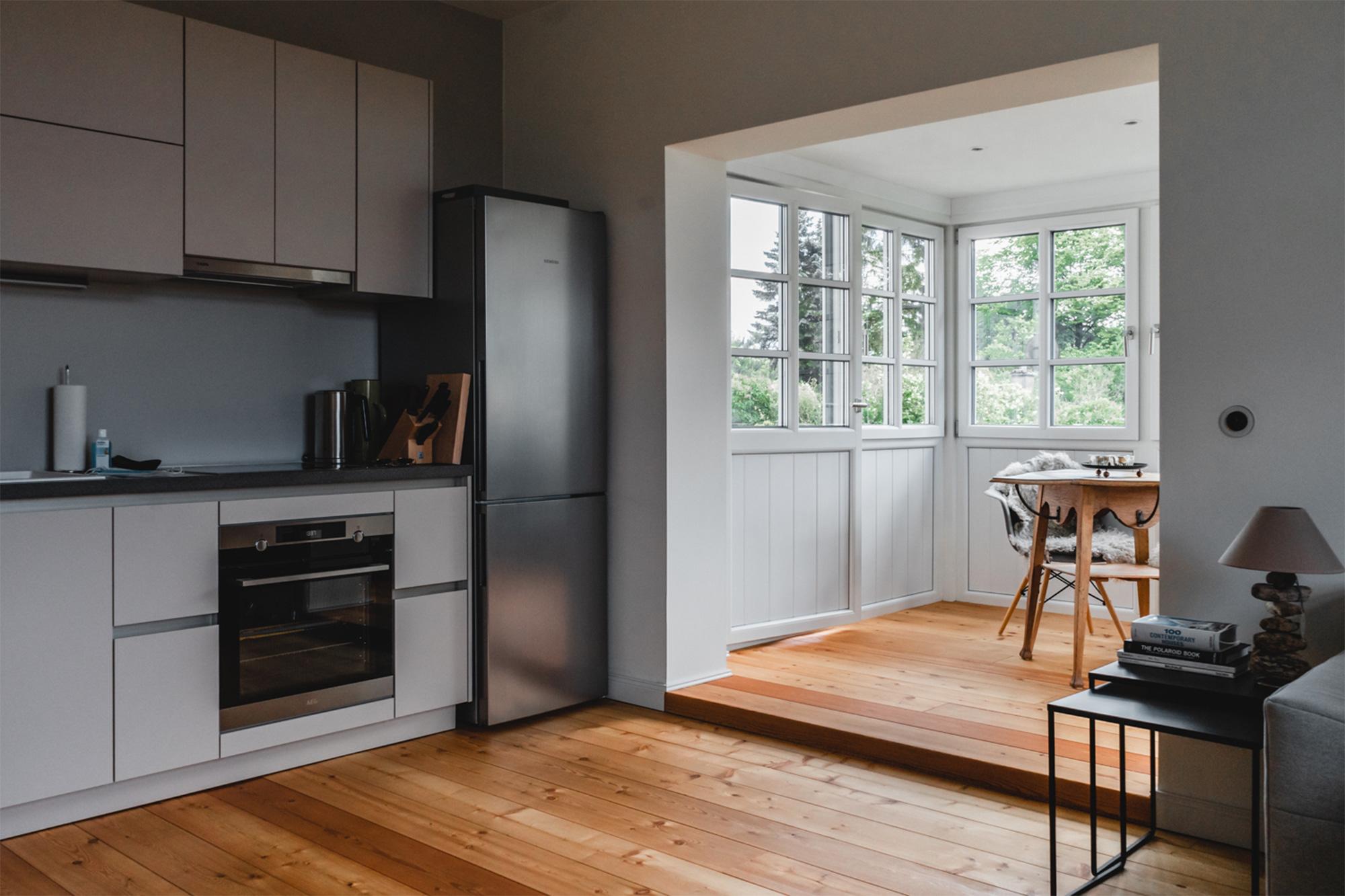 Blick in die Küche und zum Wintergarten