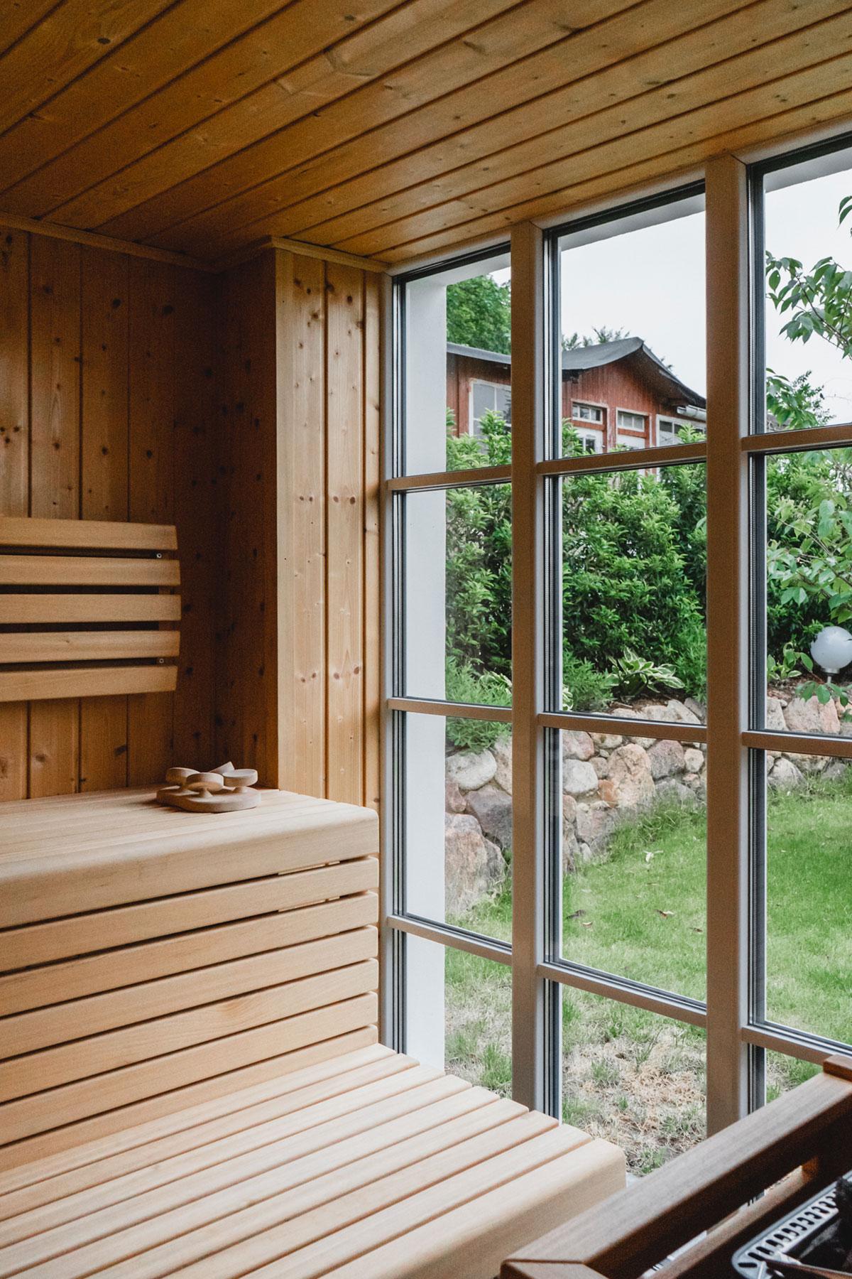 Nach dem Workout lohnt ein Gang in die Sauna mit großem Panoramafenster