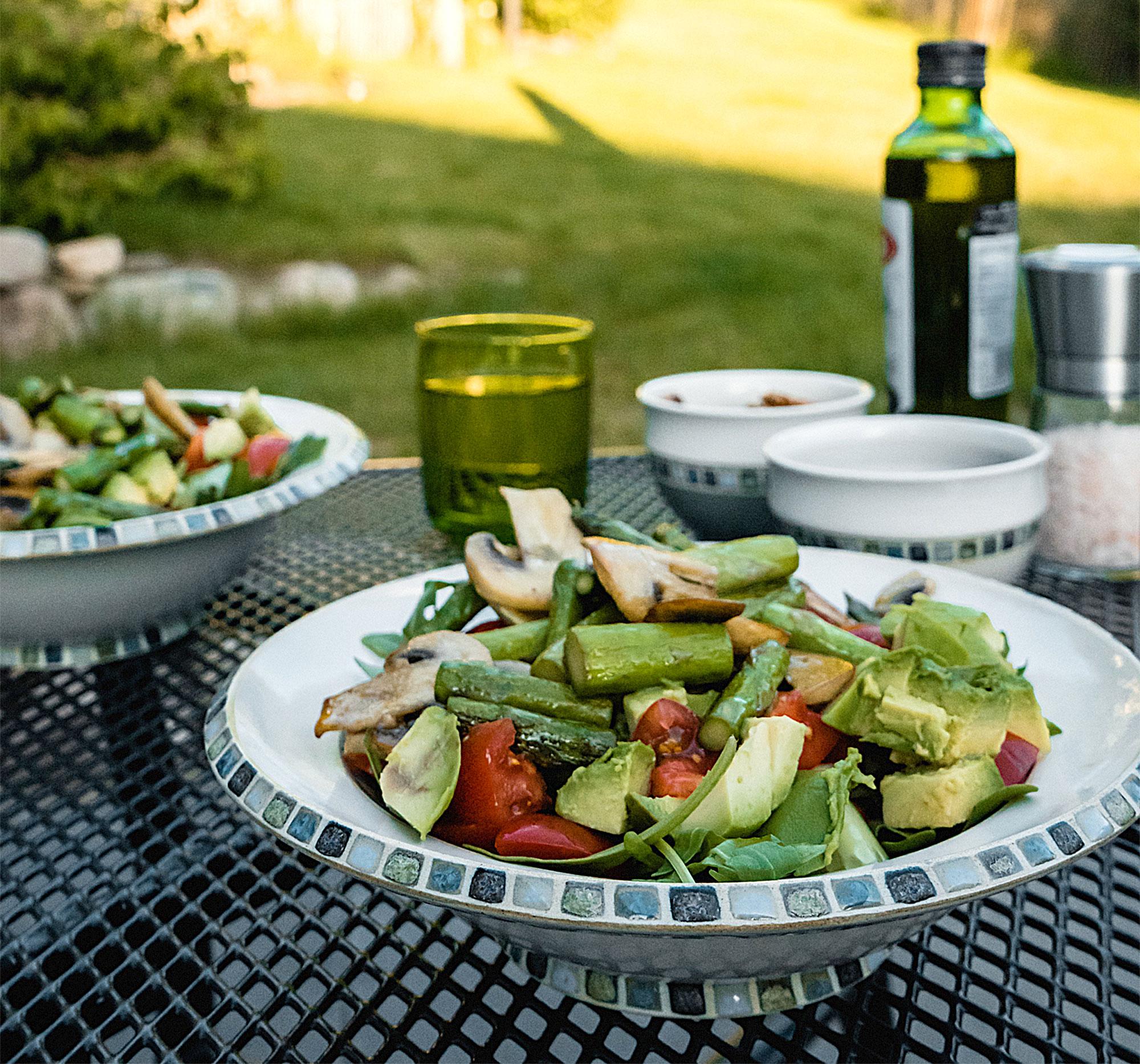 Den Tag mit einem frischen Salat auf der Terrasse ausklingen lassen