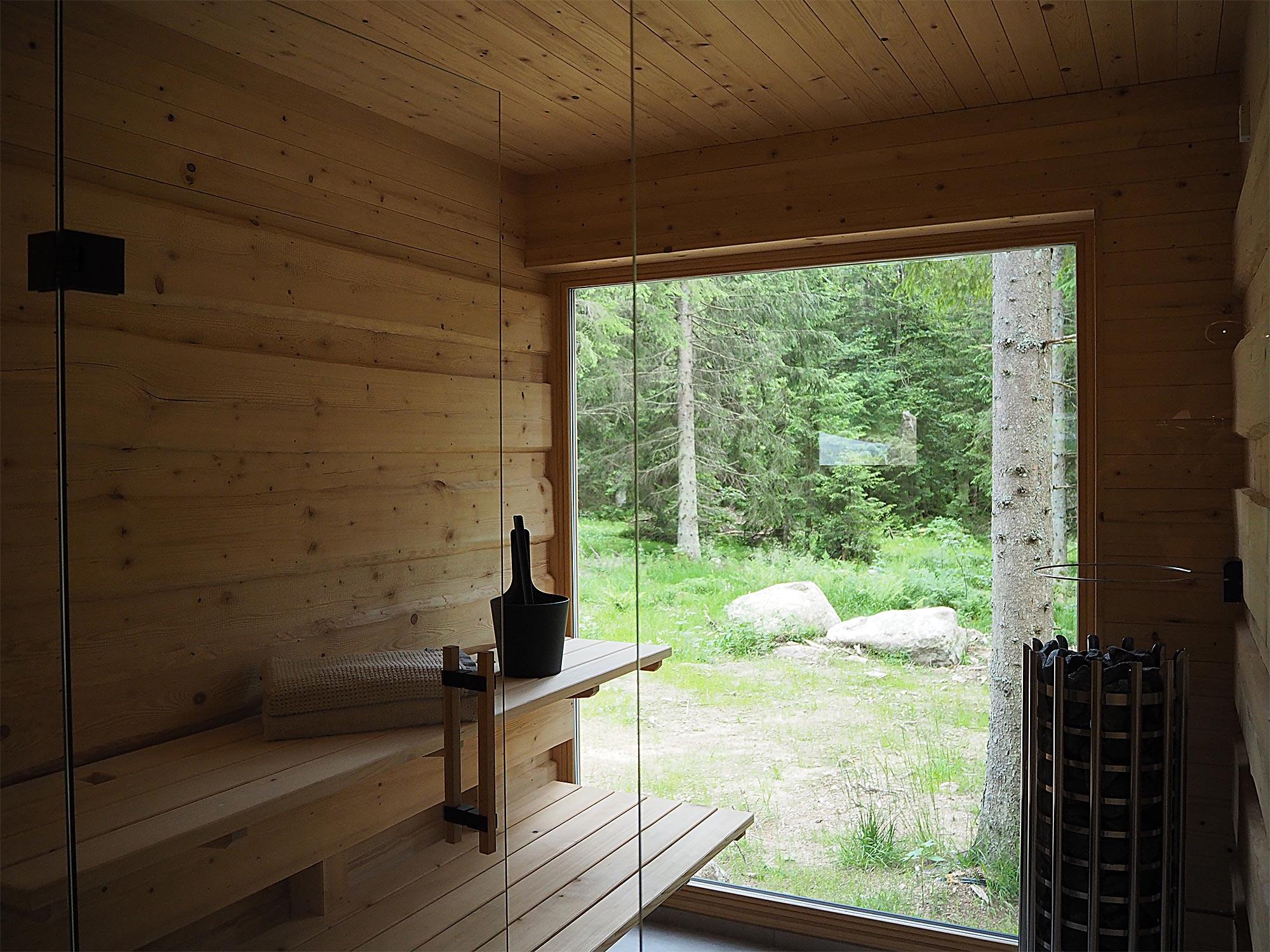 In der privaten Sauna mit Panoramablick in den Wald