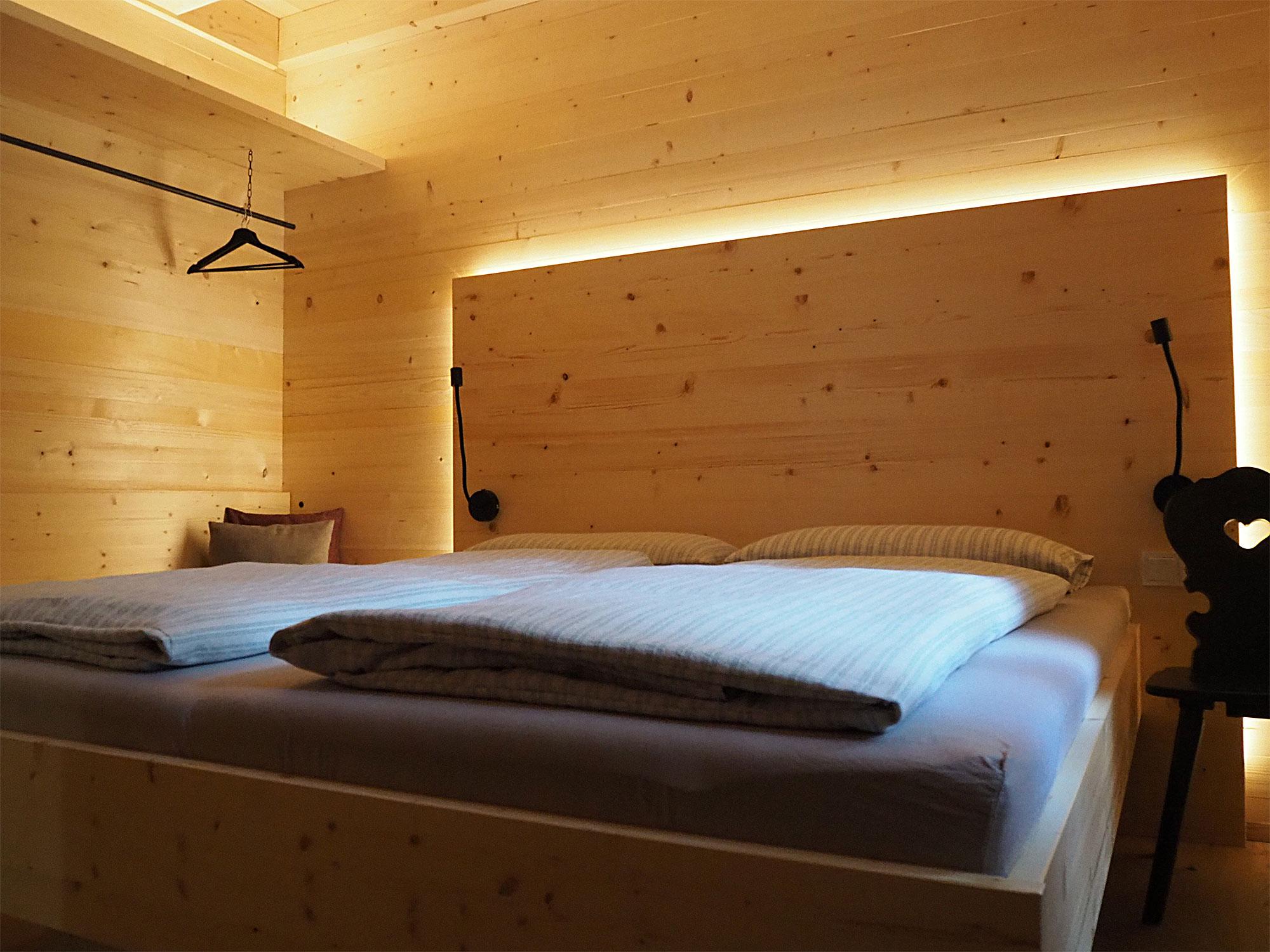 Umgeben von natürlichen Materialien schlafen
