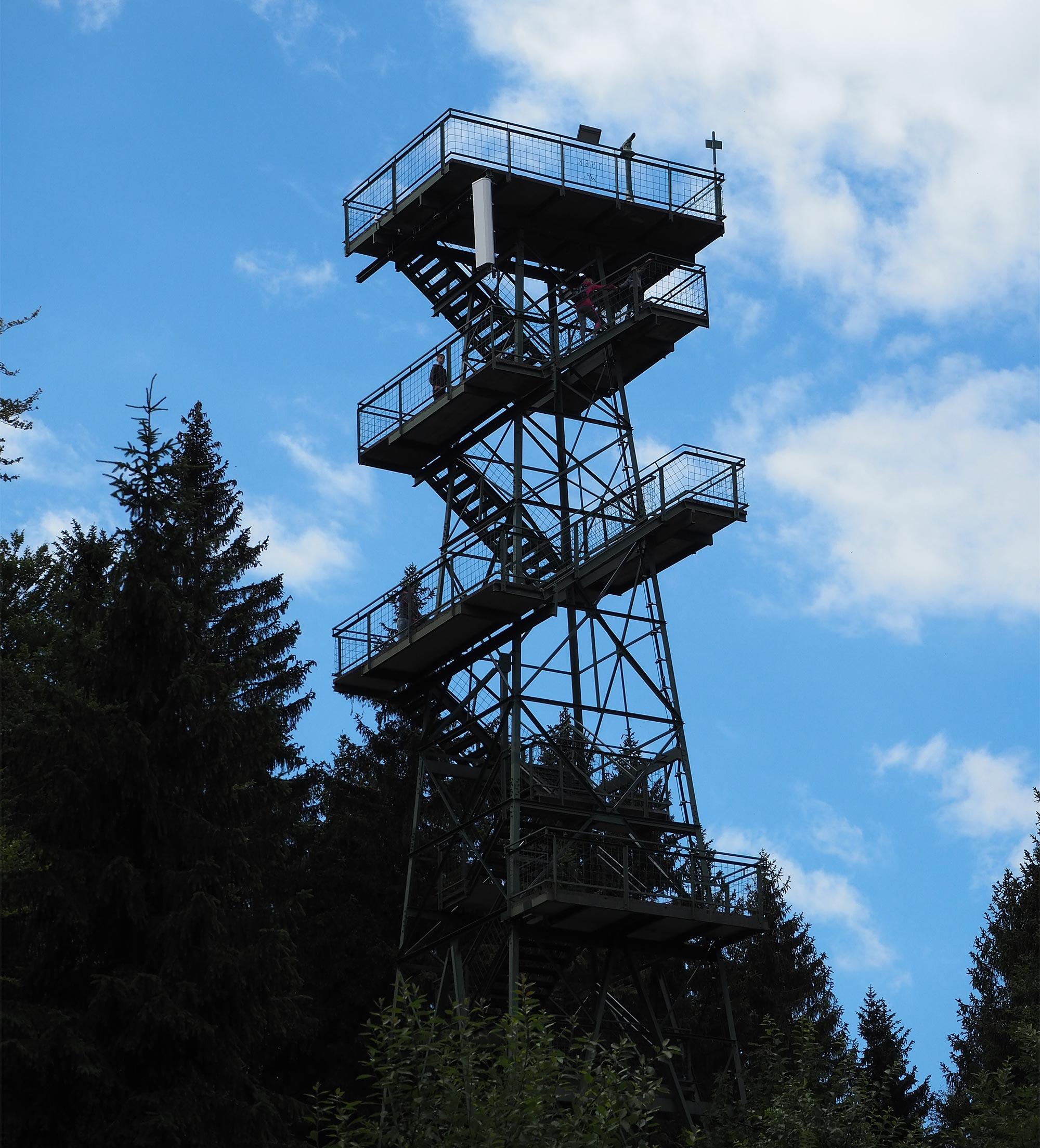 Vom Aussichtsturm Moldaublick genießt man einen wunderbaren Blick auf die Weite des Böhmerwalds