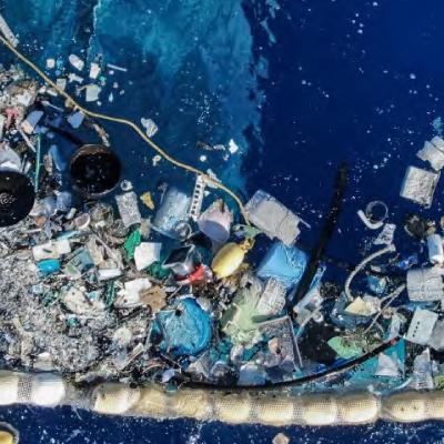 Außerdem setzt die Marke auf Verpackungen, die aus Meeresplastik gewonnen werden