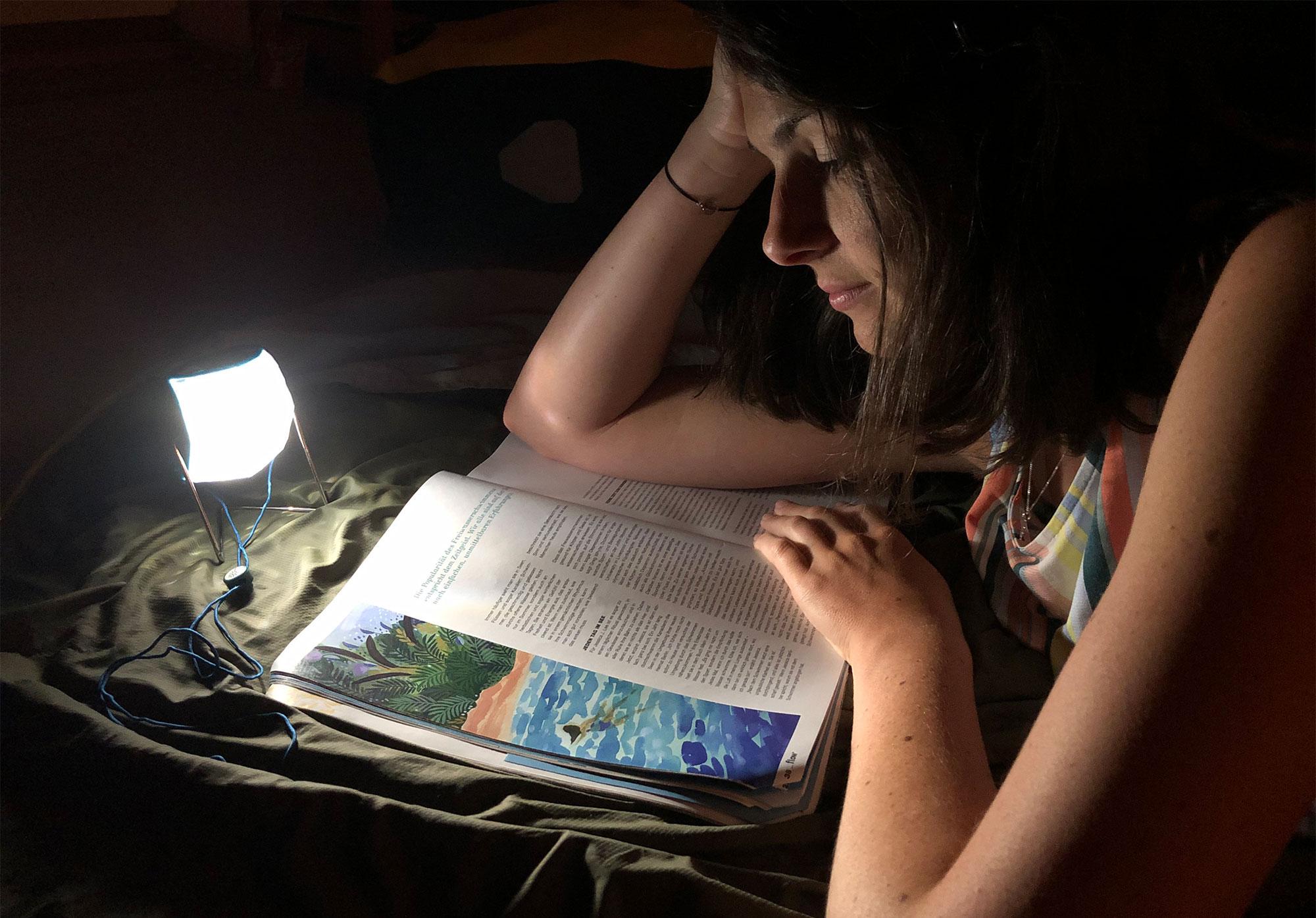 lesend im Zelt mit Little Sun