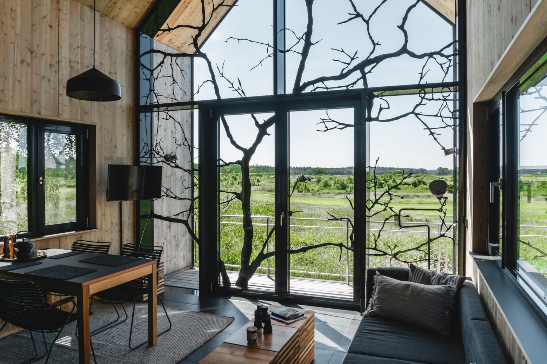 Die Weite von den hübschen Stelzenhäusern aus bestaunen