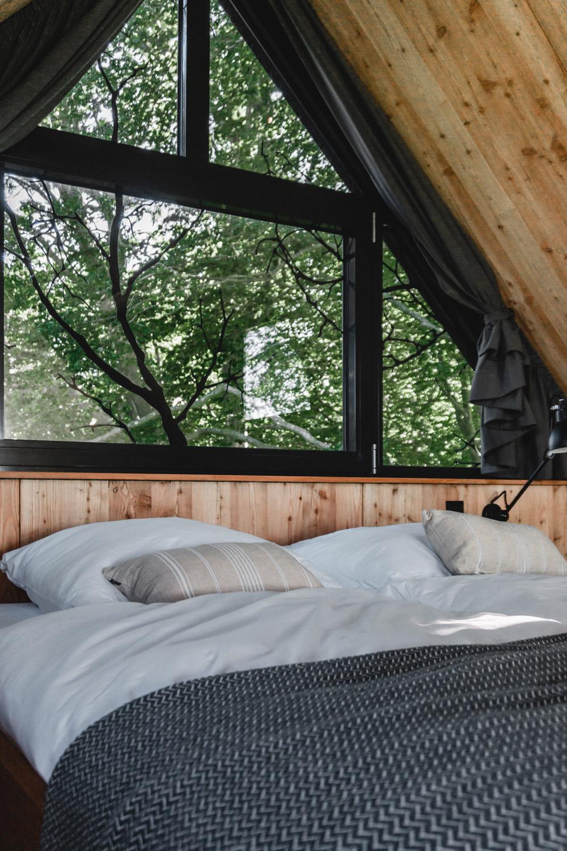 Von den gemütlichen Betten genießt man einen schönen Blick ins Grüne