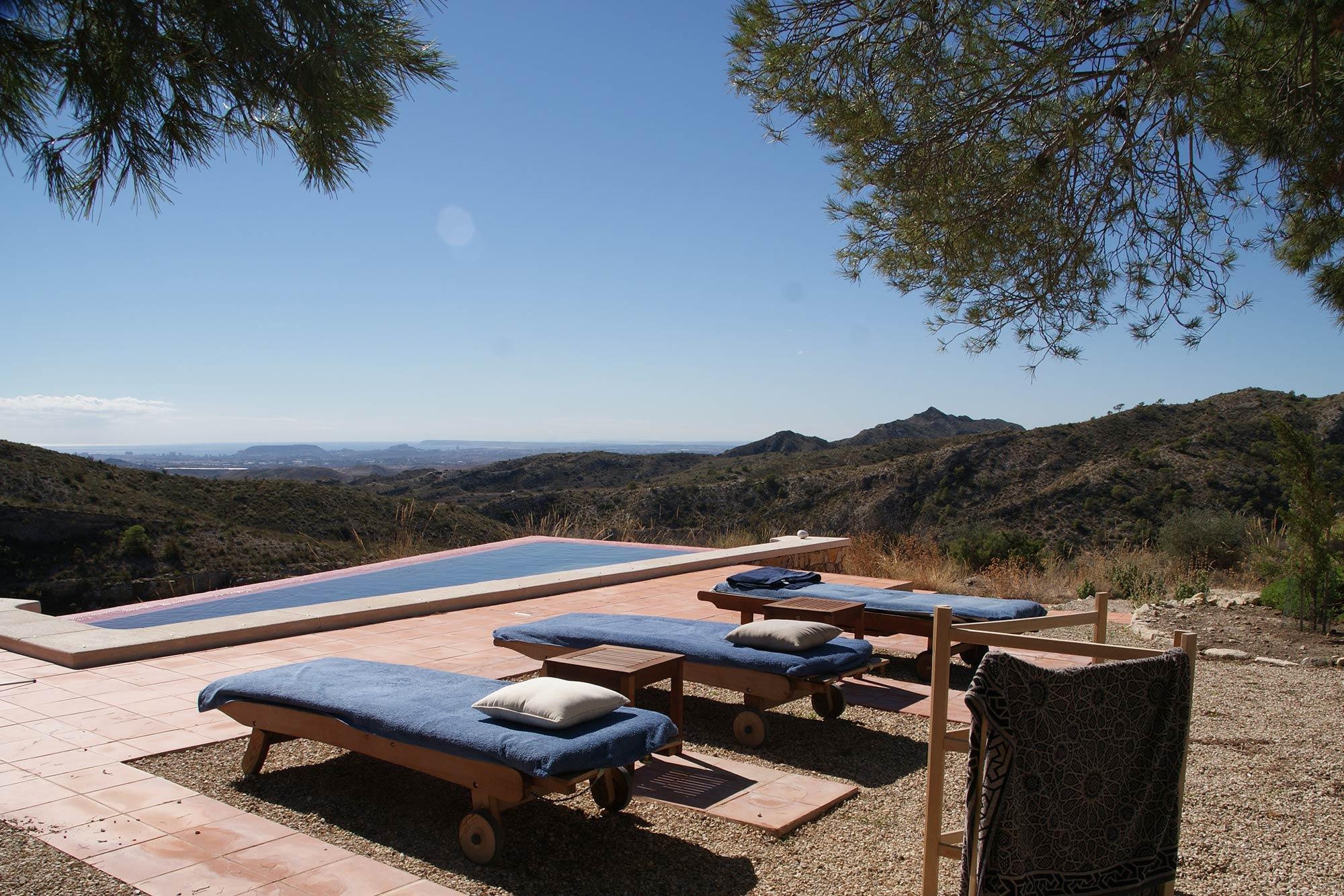 Nach dem Essen kann man am Pool des Ferienhauses entspannen