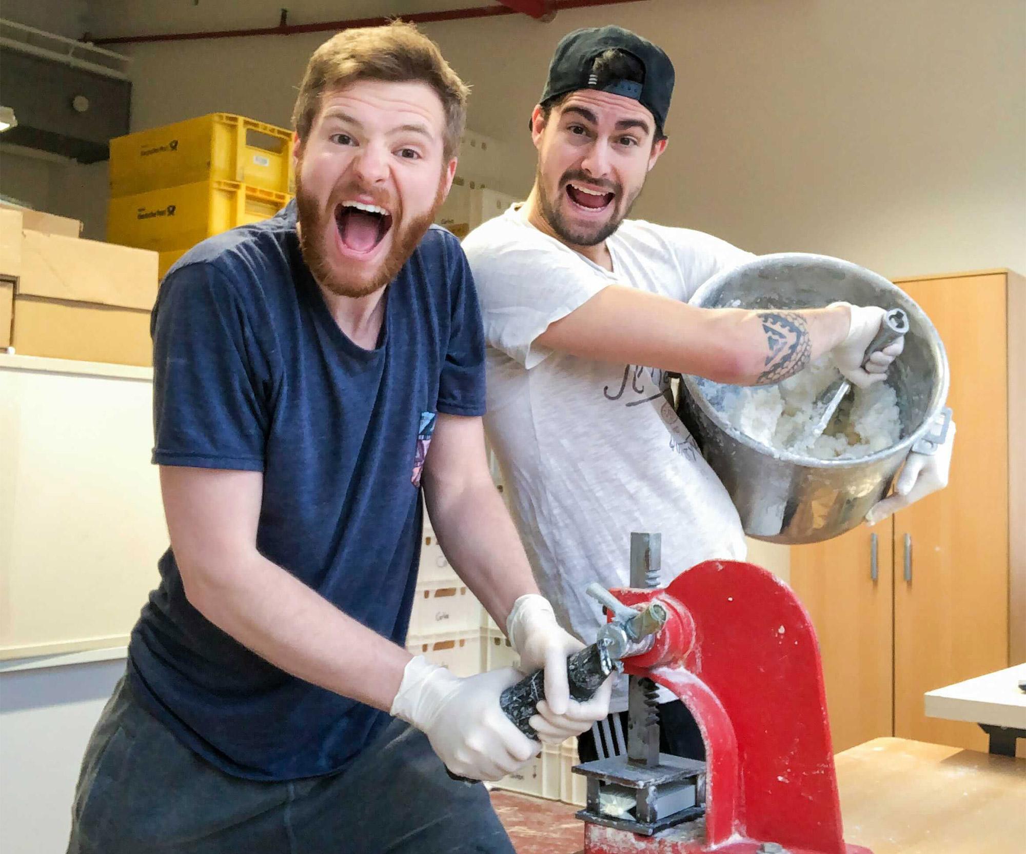Die Gründer bei der Herstellung des Duschbrockens