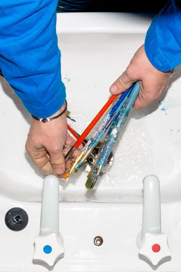 Beim Pinselauswaschen
