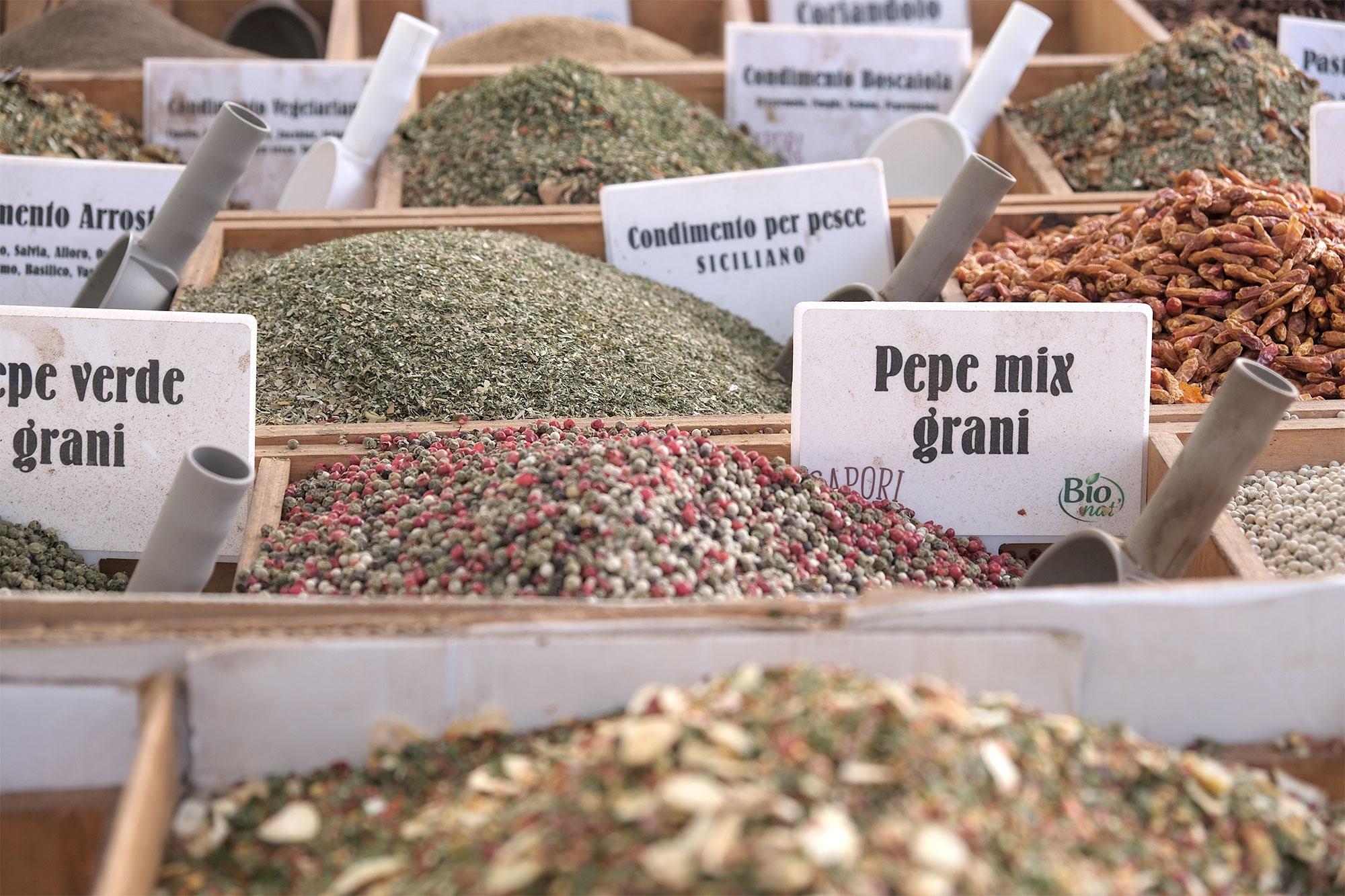 Gewürze auf dem Markt in Syrakus