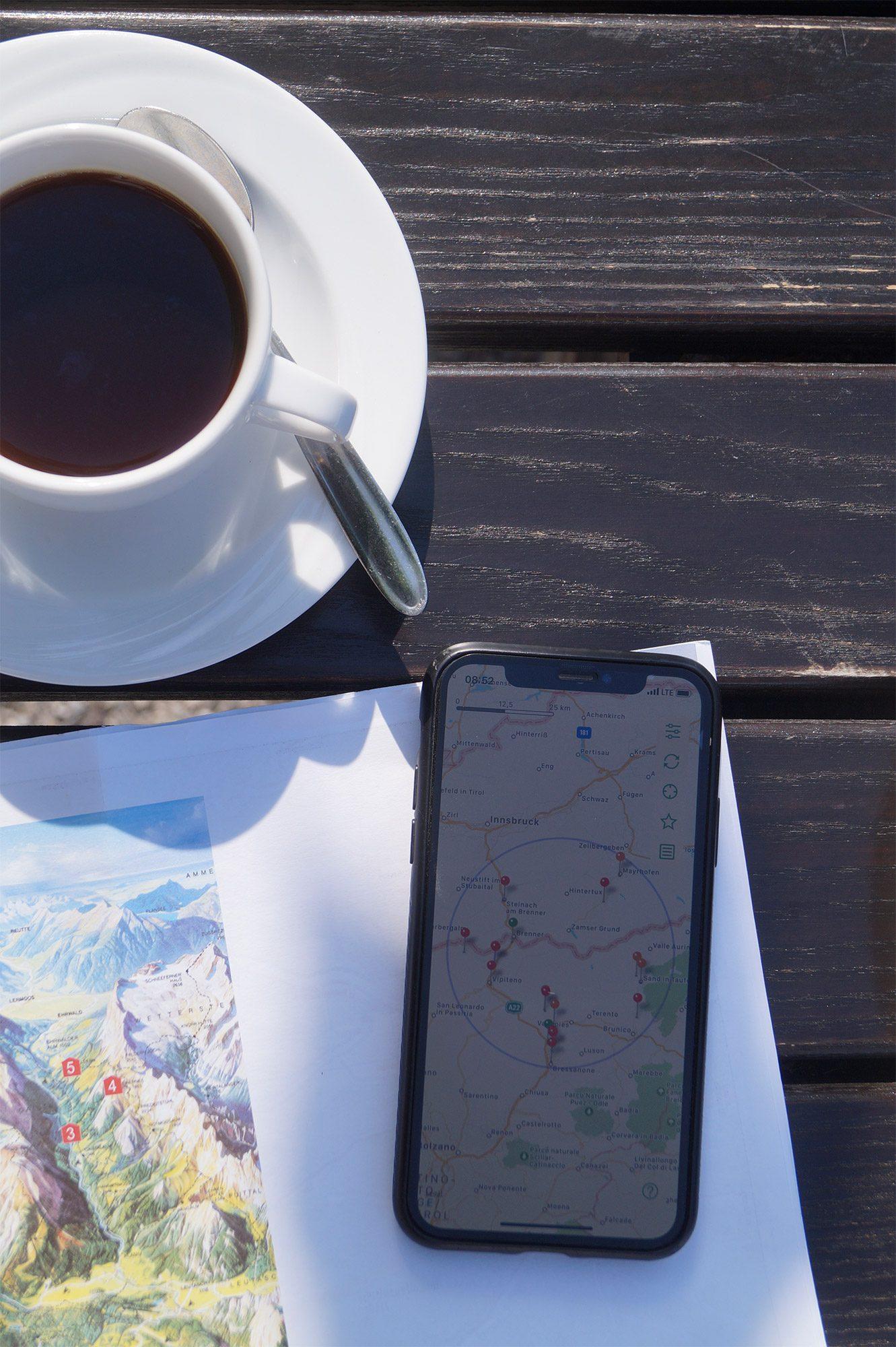 Die ChargEV App bei einem Kaffee studieren
