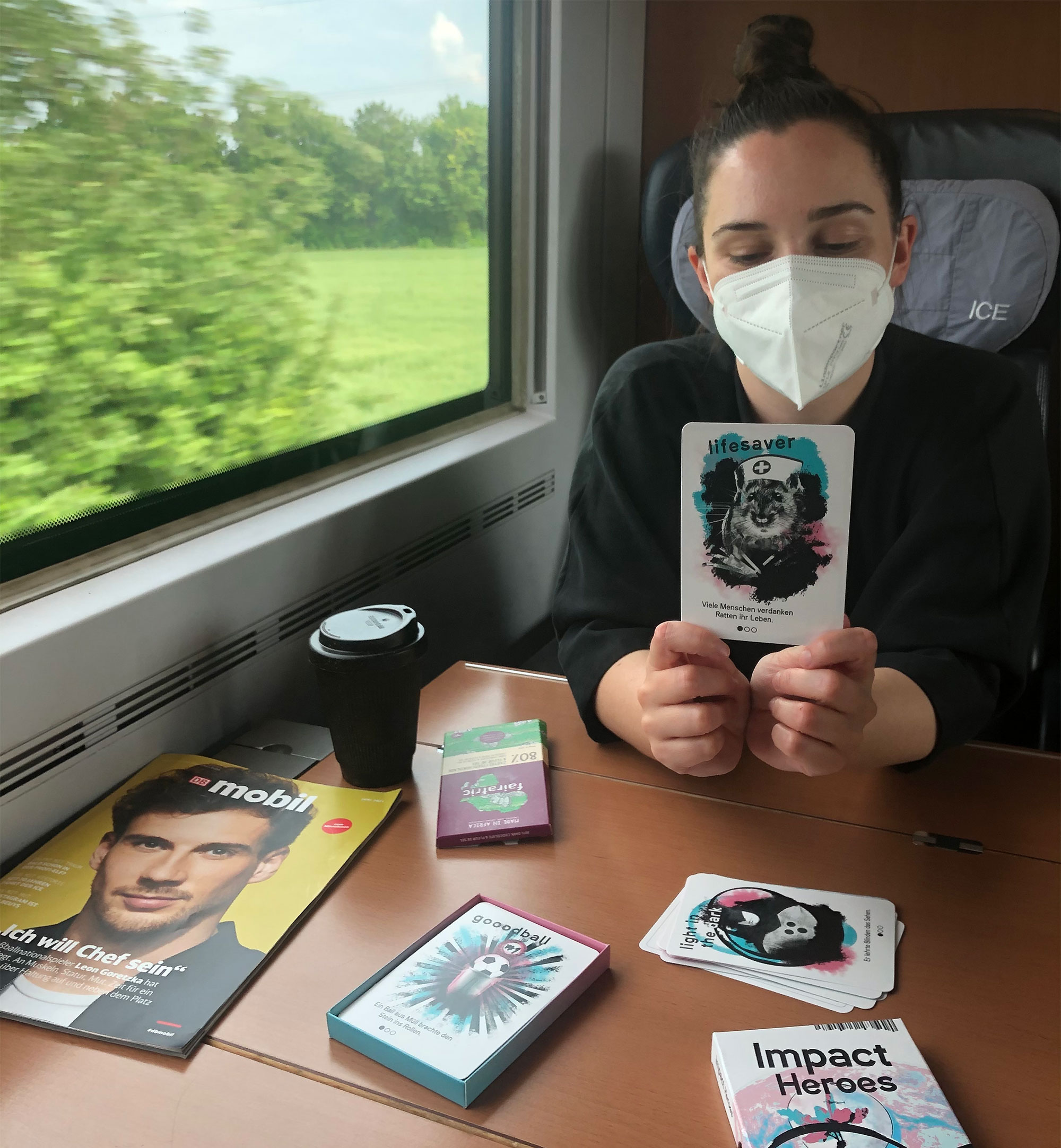 """Das Kartenspiel """"Impact Heroes"""" ist ein super Zeitvertreib beim Bahnfahren"""
