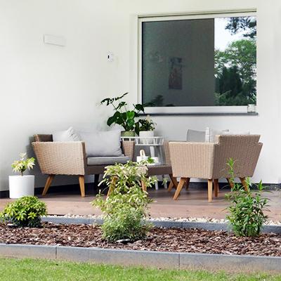 Entspannung bei einem Glas Wein auf der eigenen Terrasse finden