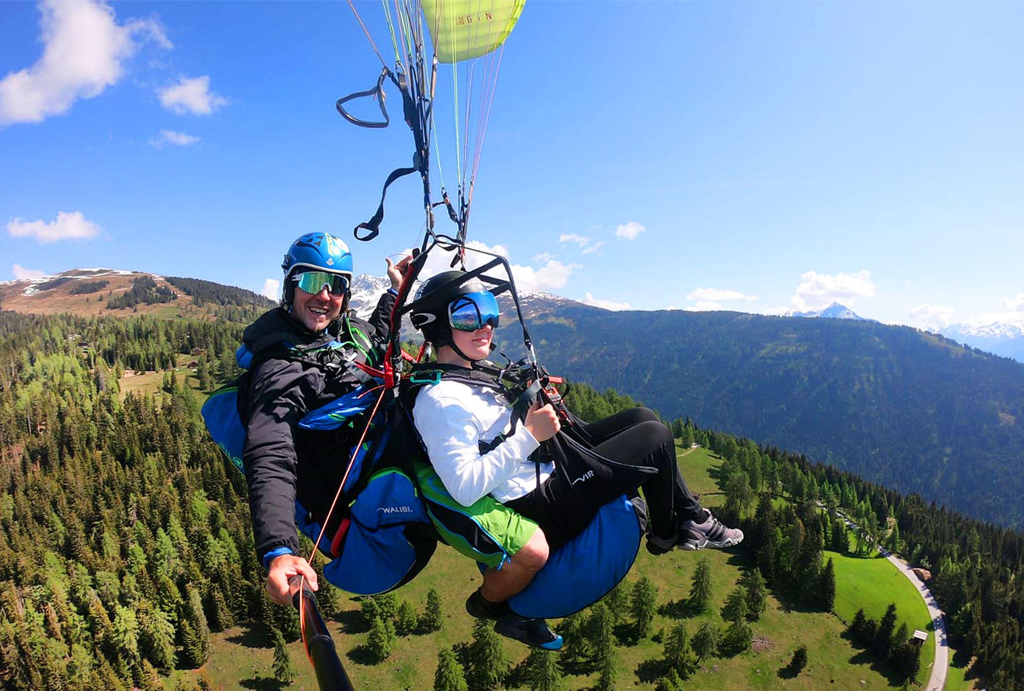 Beim Paragleiten in Tirol