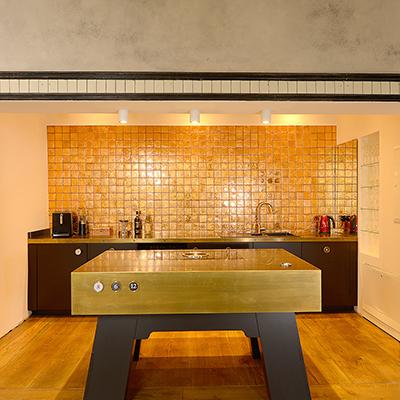 Die goldene Küche im E-Werk-Loft ist ein Eyecatcher