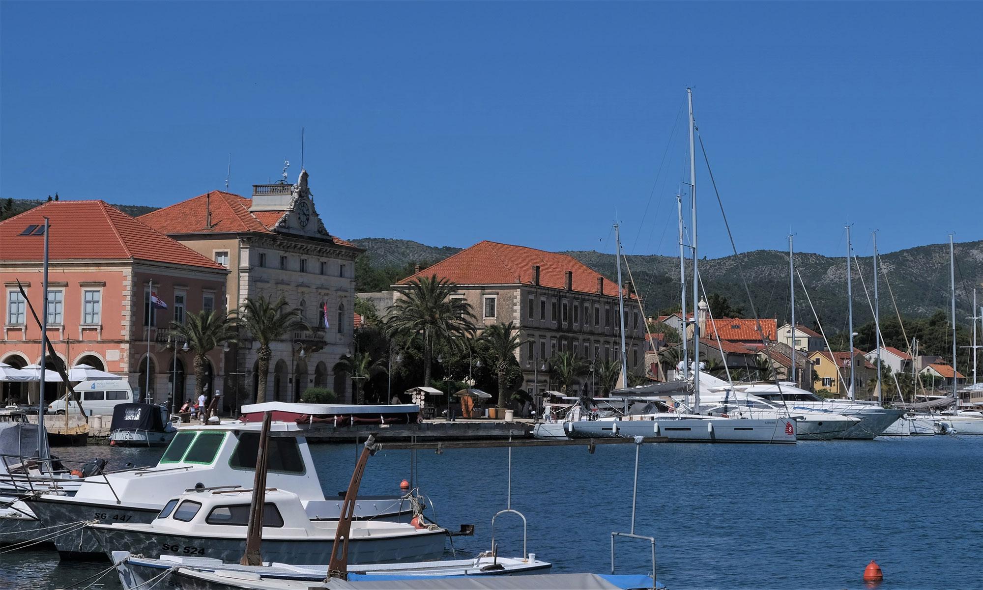 Blick auf Starigrad im Westen der Insel Hvar