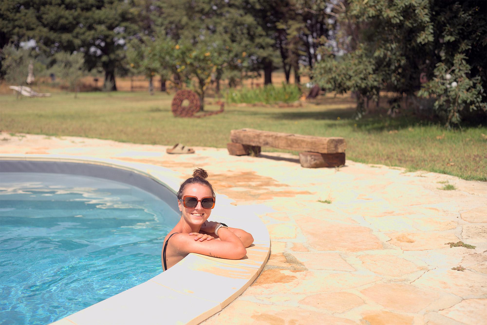 Offline-Zeit am Pool genießen