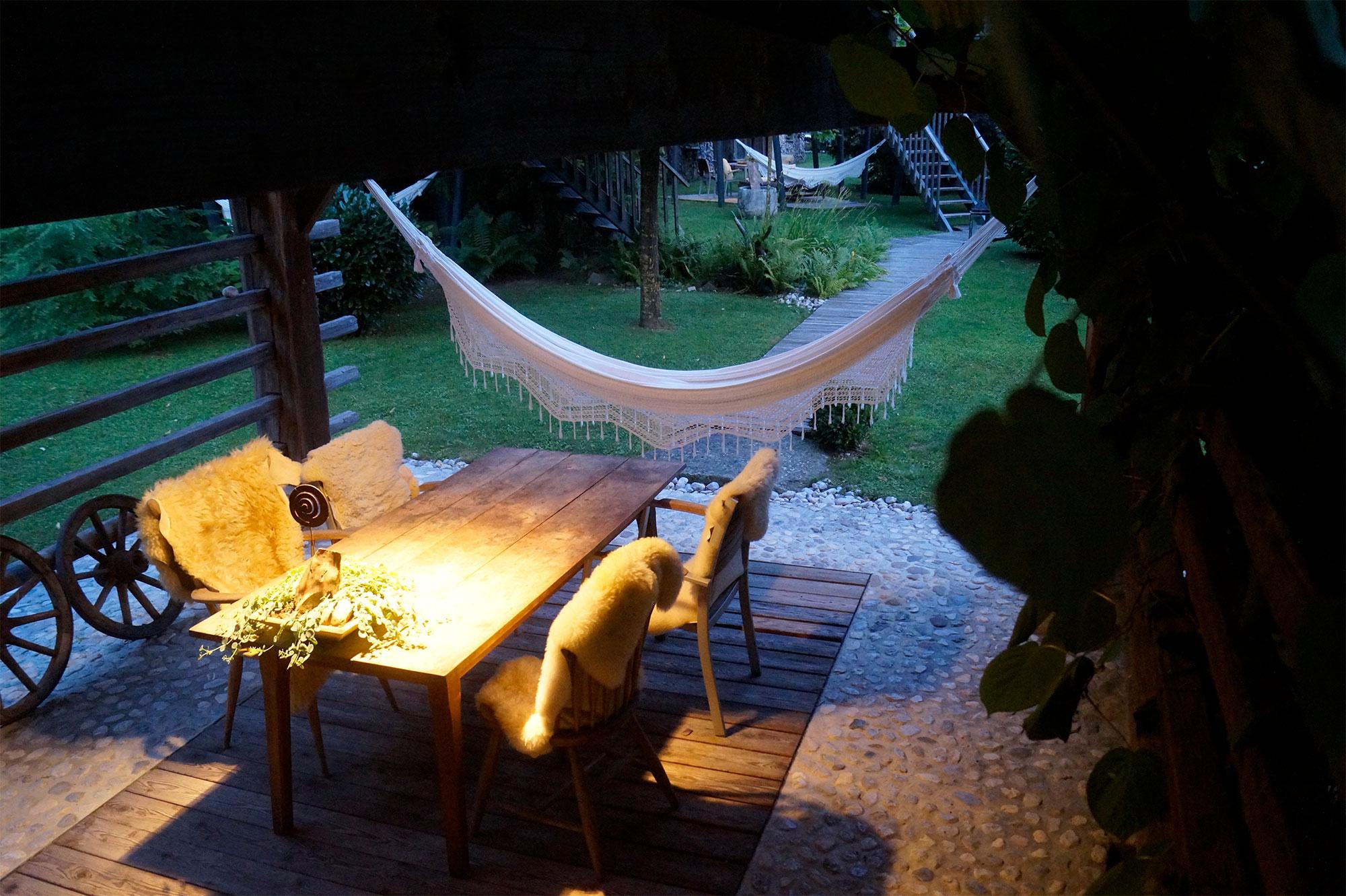 Die Terrasse unter dem Heustadel am Abend