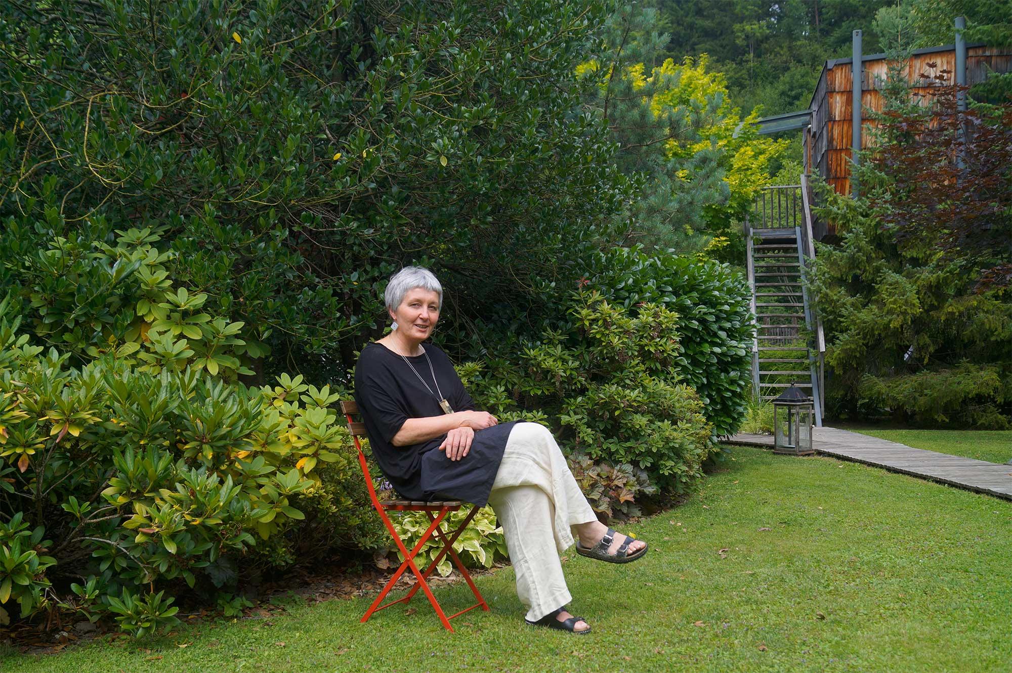 Martina entspannt sich auch selbst am liebsten im Garten